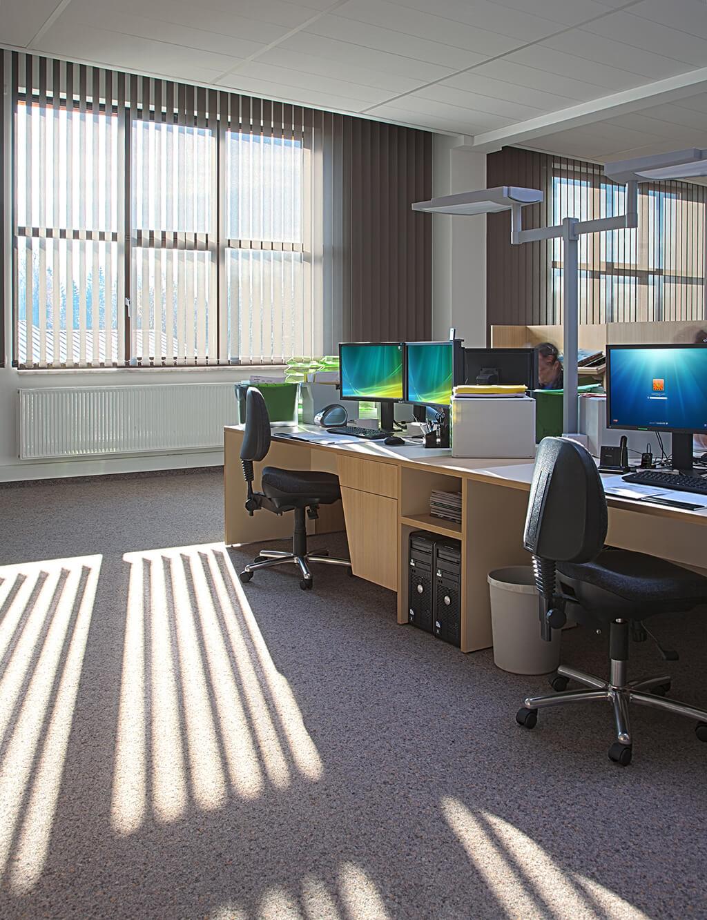 Cremefarbener Lamellenvorhang im Großraumbüro