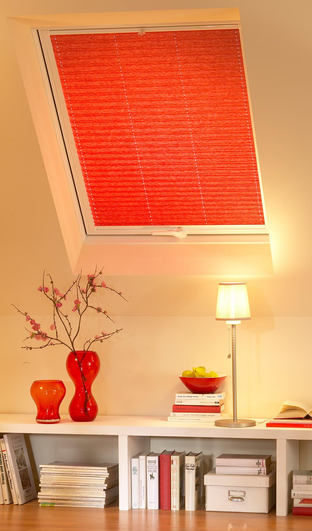 Rotes Plissee am Dachfenster im Wohnzimmer