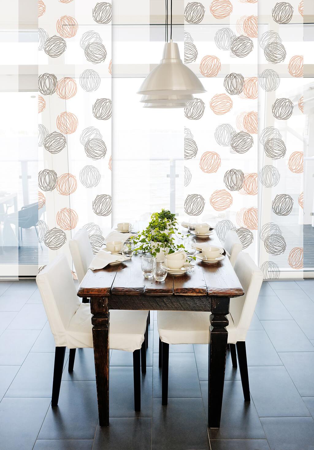 Transparenter Flächenvorhang mit weißen und gemusterten Stoffpaneele