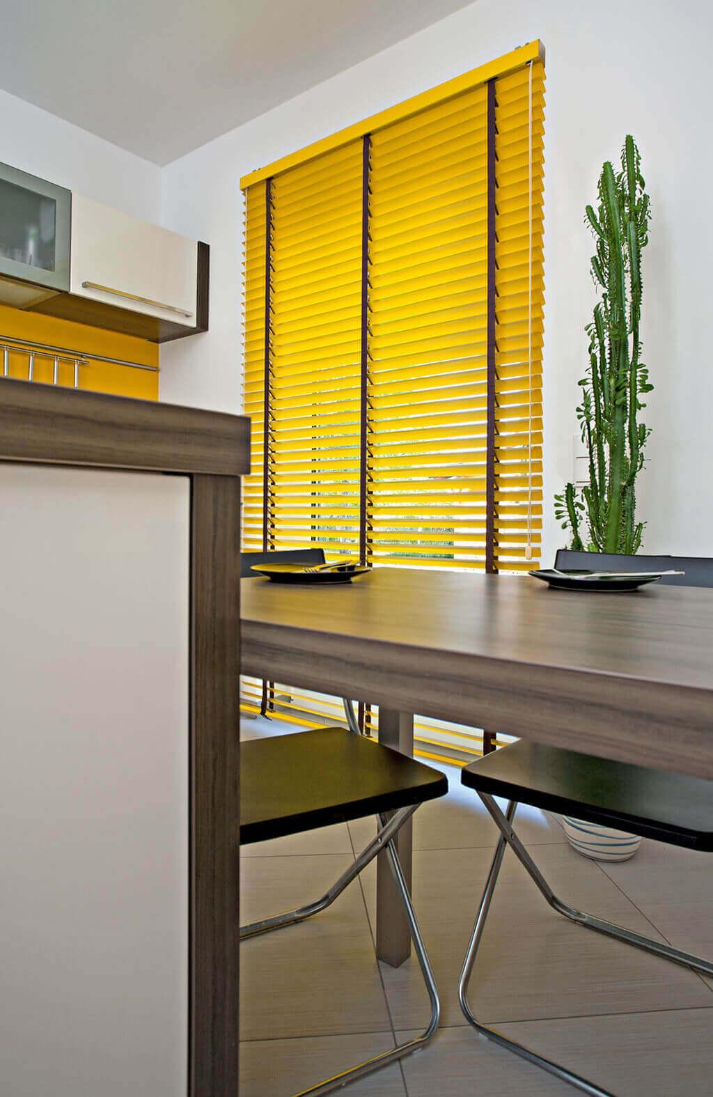 Gelbe Alu-Jalousie mit schwarzem Leiterband und breiten Lamellen
