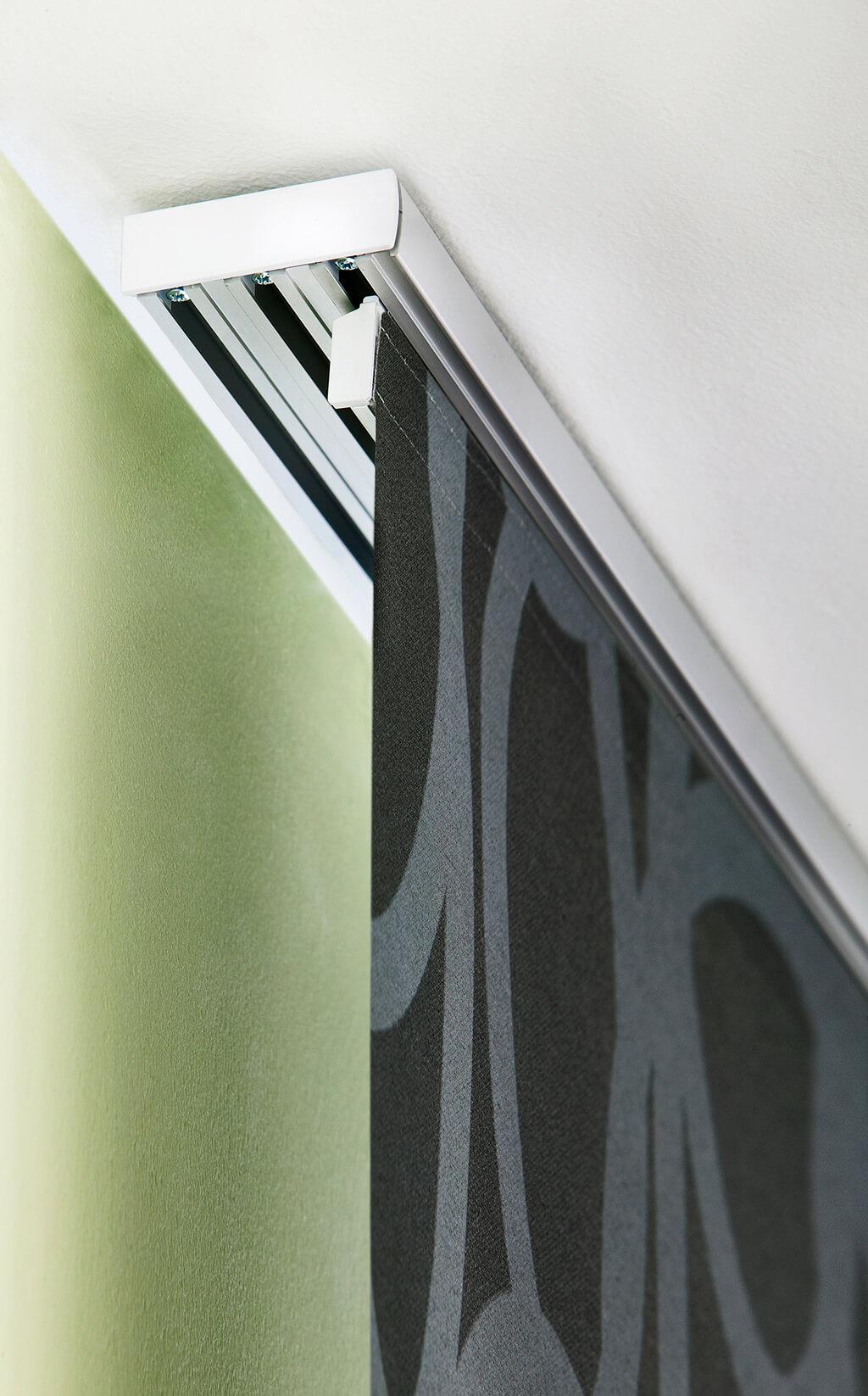 Detailaufnahme der mehrspurigen Aluminiumschiene mit einem gemusterten Flächenvorhangstoff