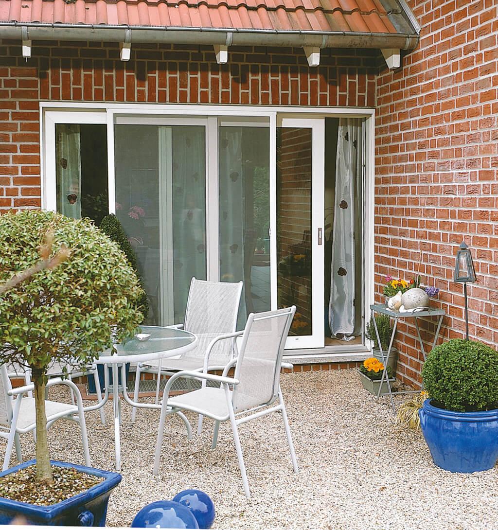 Insektenschutz-Schiebetür mit weißem Rahmen für die Terrassentür