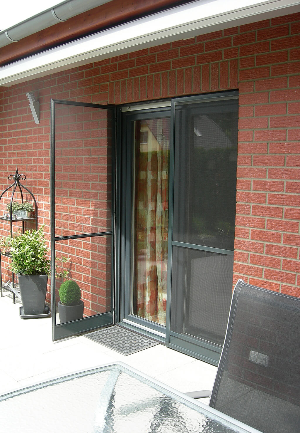 Insektenschutz-Schwingtür mit anthrazitfarbenem Rahmen für die Terrassentür