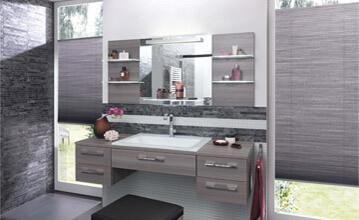 Graue Wabenplissees mit Klebeleistensystem an deckenhohen Fenstern im Badezimmer
