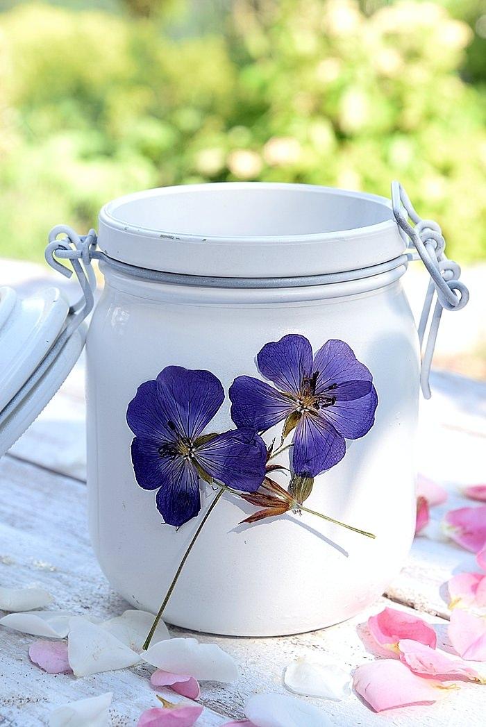 weißes Windlicht mit Blumen