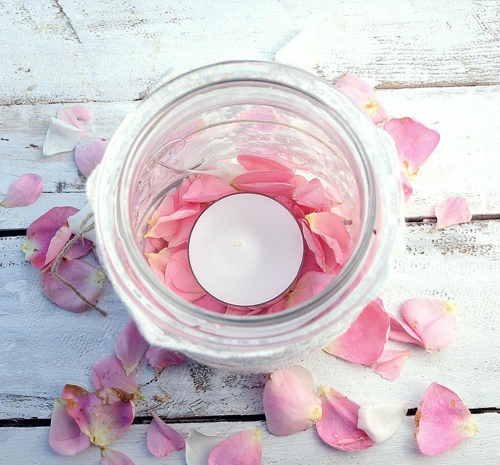 Teelicht und Rosenblätter
