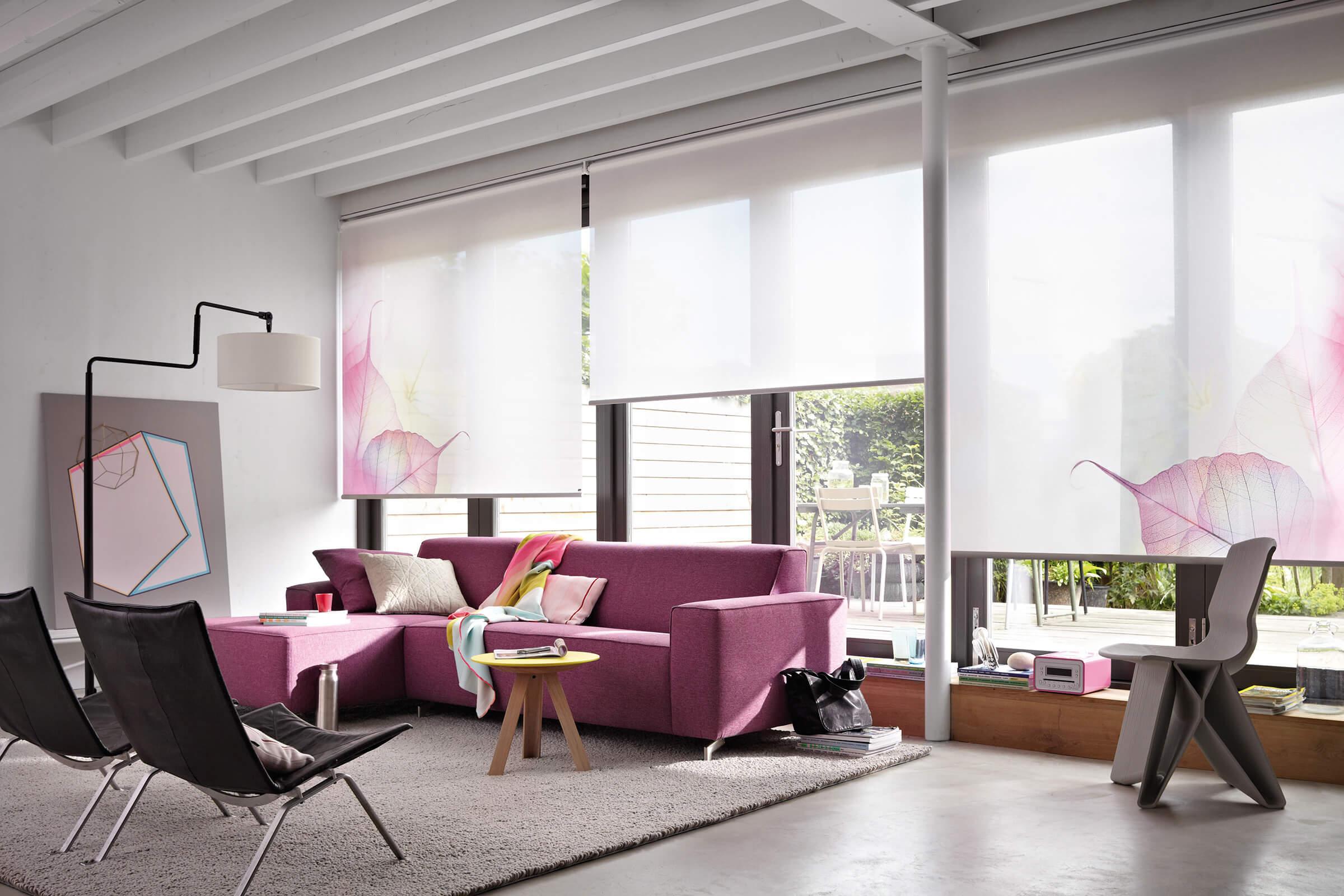 Florale Luxaflex Rollos im Wohnzimmer