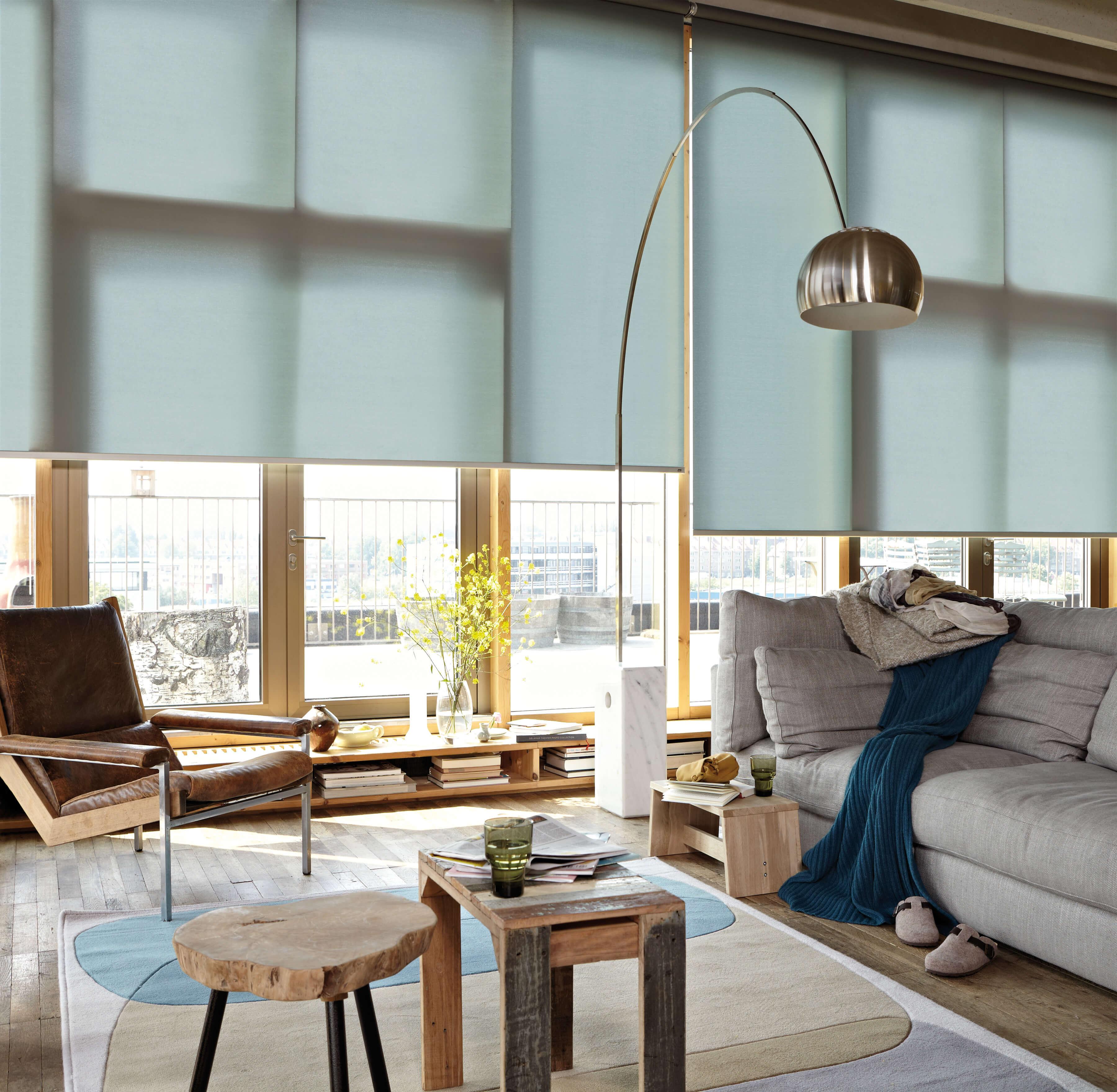 Blau-Grüne Rollos nach Maß im Wohnzimmer