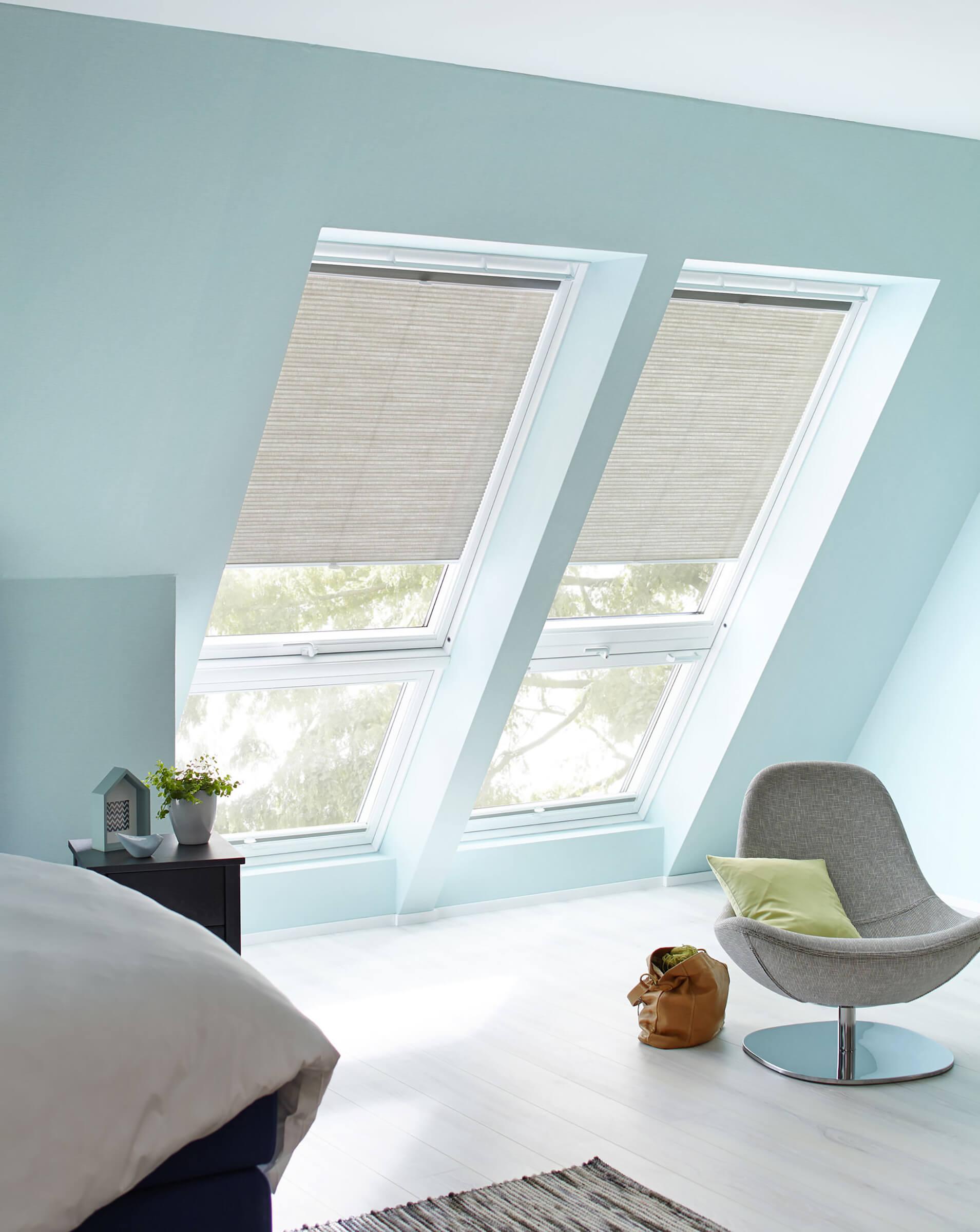 Graue Wabenplissees für Dachfenster im Schlafzimmer