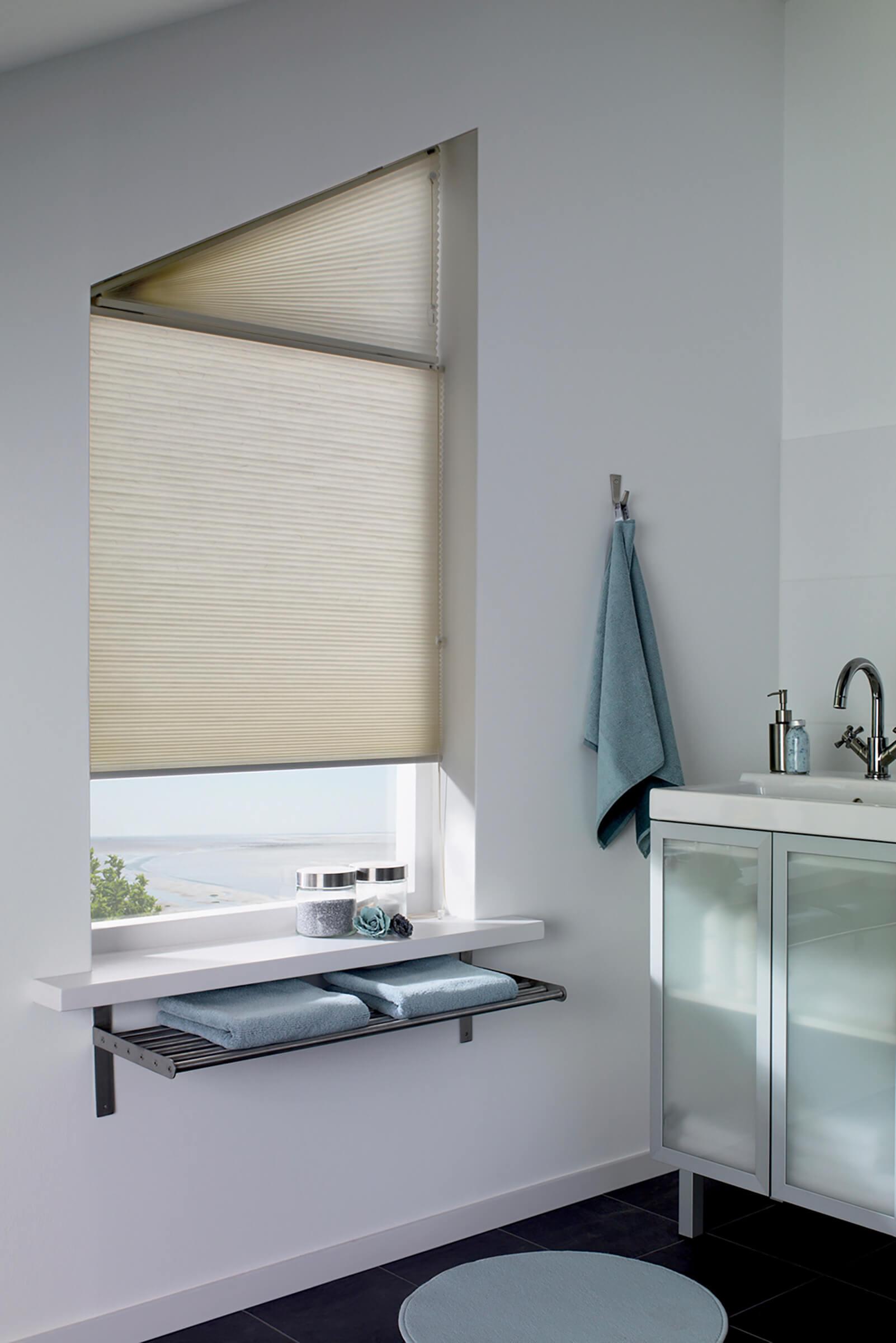 Wabenplissees mit Sonderform Dreieck im Badezimmer