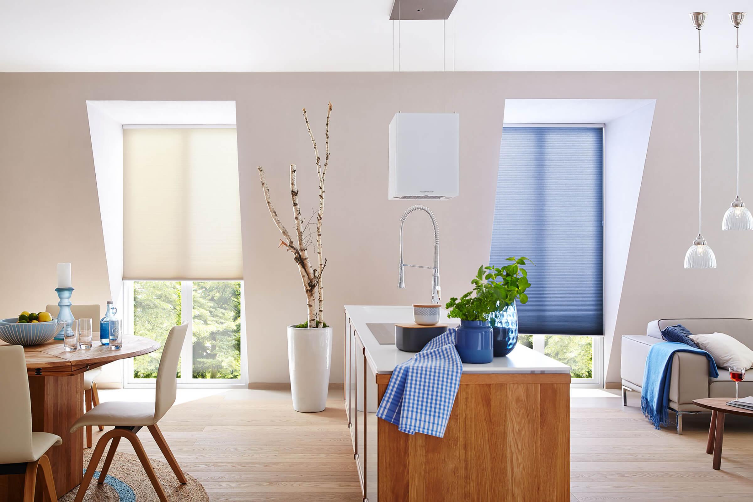 Blaue Wabenplissees zum Sonnenschutz in Wohnzimmer und Küche
