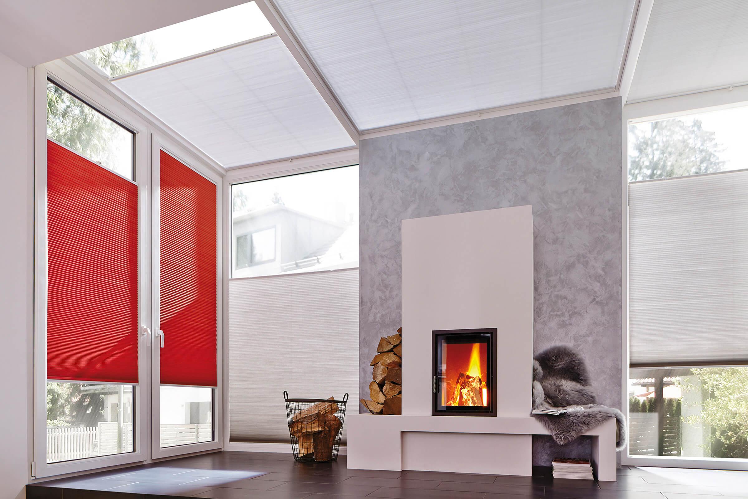 Rot-Weisse Wabenplissees mit zwei Bediengriffen im Kaminzimmer