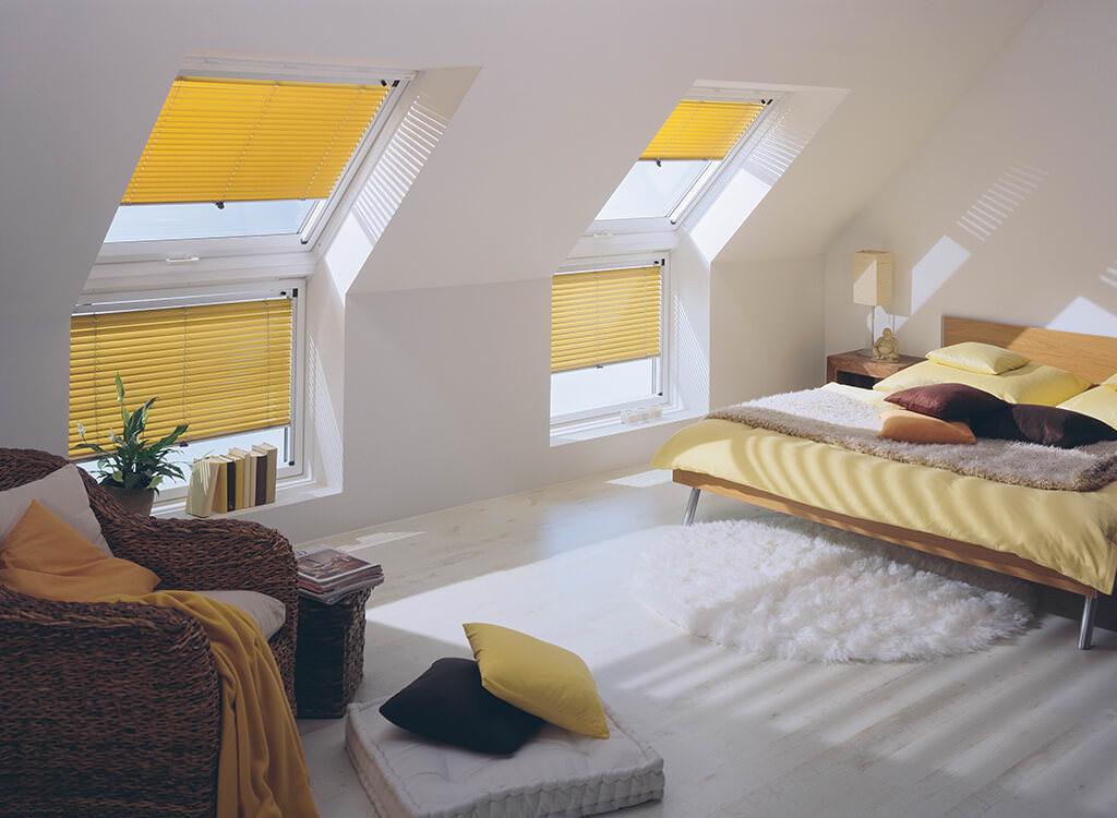 Jalousien für Dachfenster Farbe Gelb im Schlafzimmer