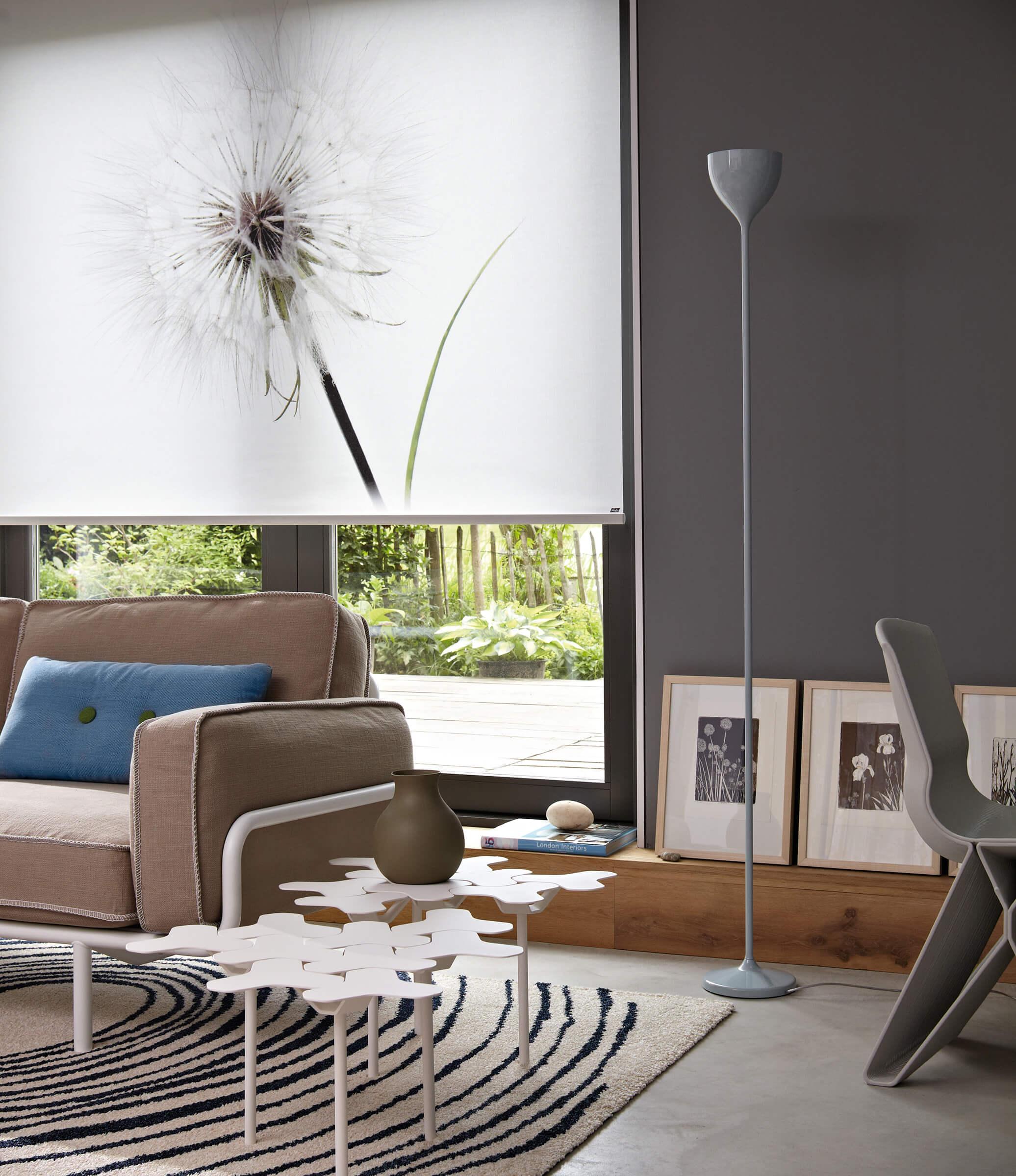 Luxaflex Rollos mit Pusteblume Motiv im Wohnzimmer