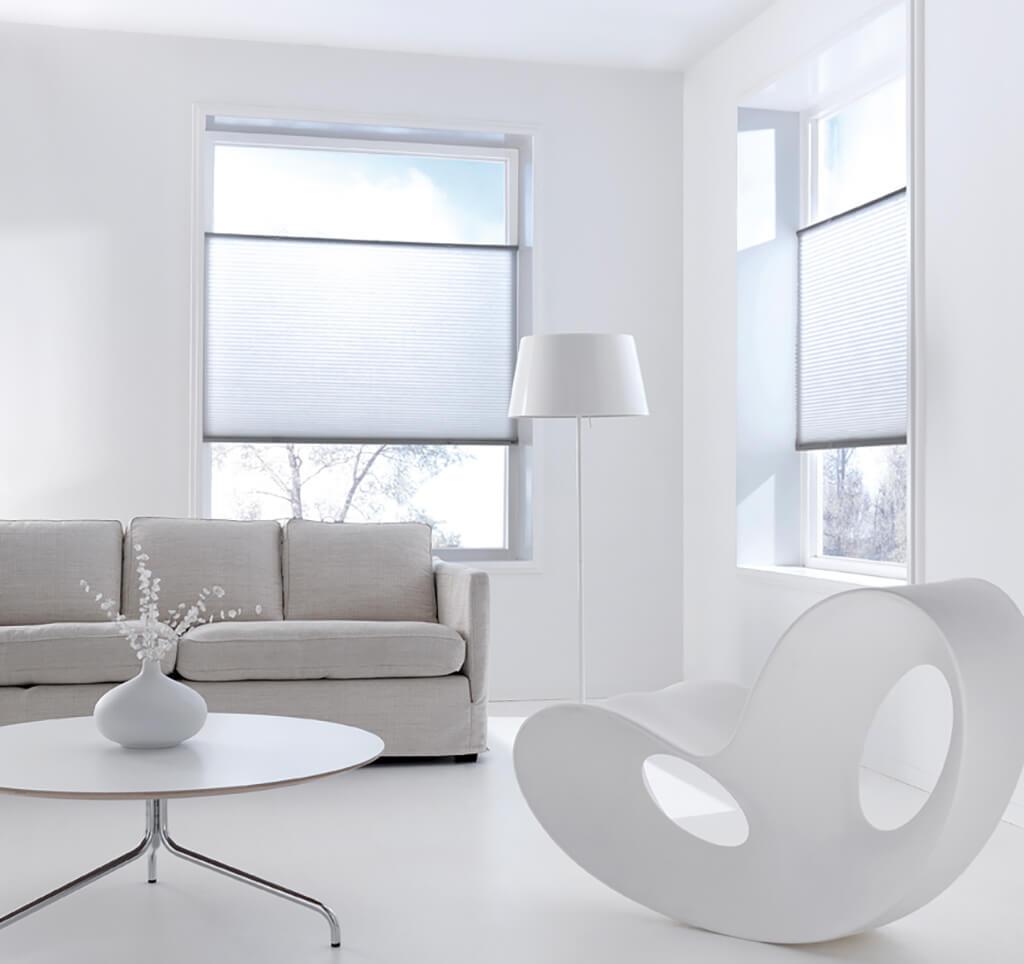 Weisse Sonnenschutz Plissees im Wohnzimmer