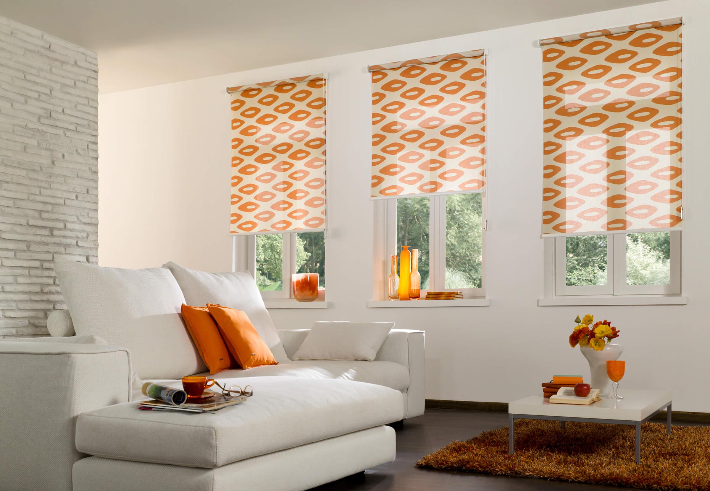 Seitenzugrollo in Orange Dekor im Wohnzimmer