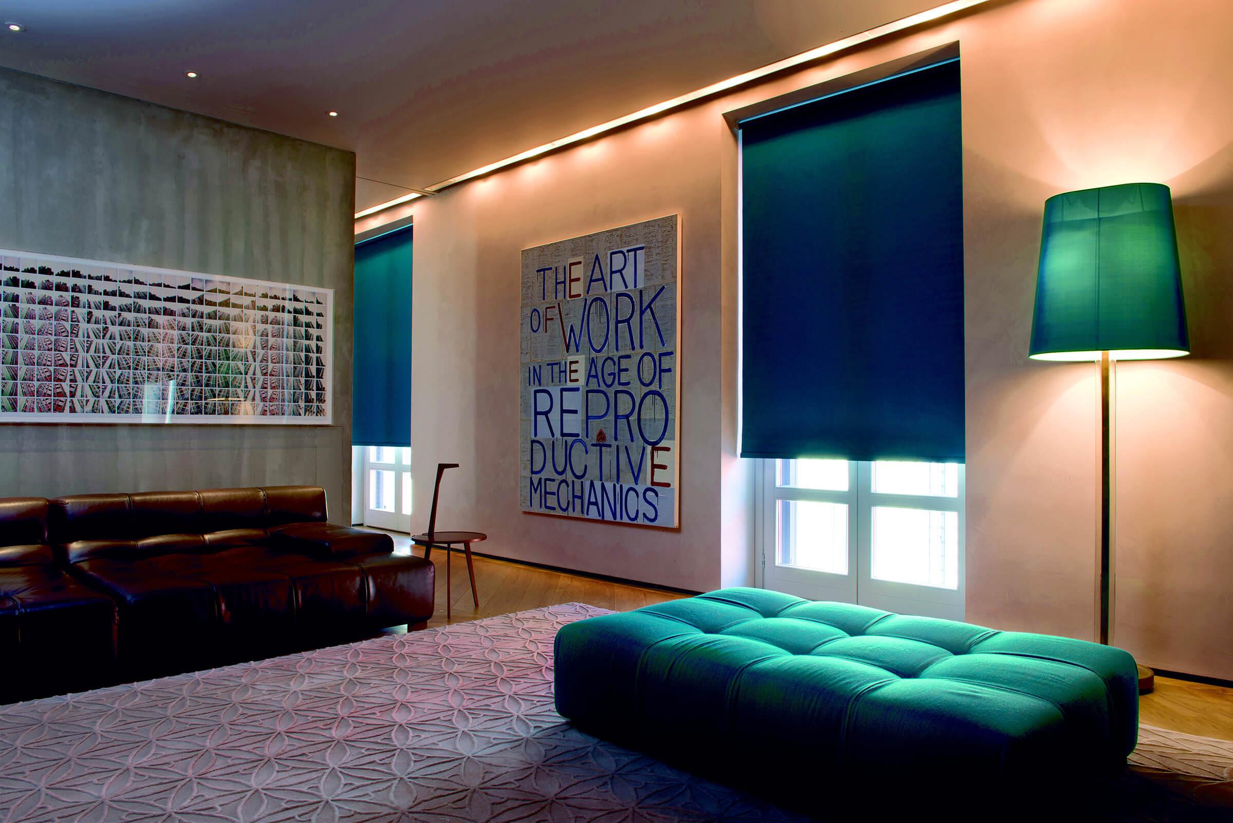 Blaue Verdunkelungsrollos im Wohnzimmer