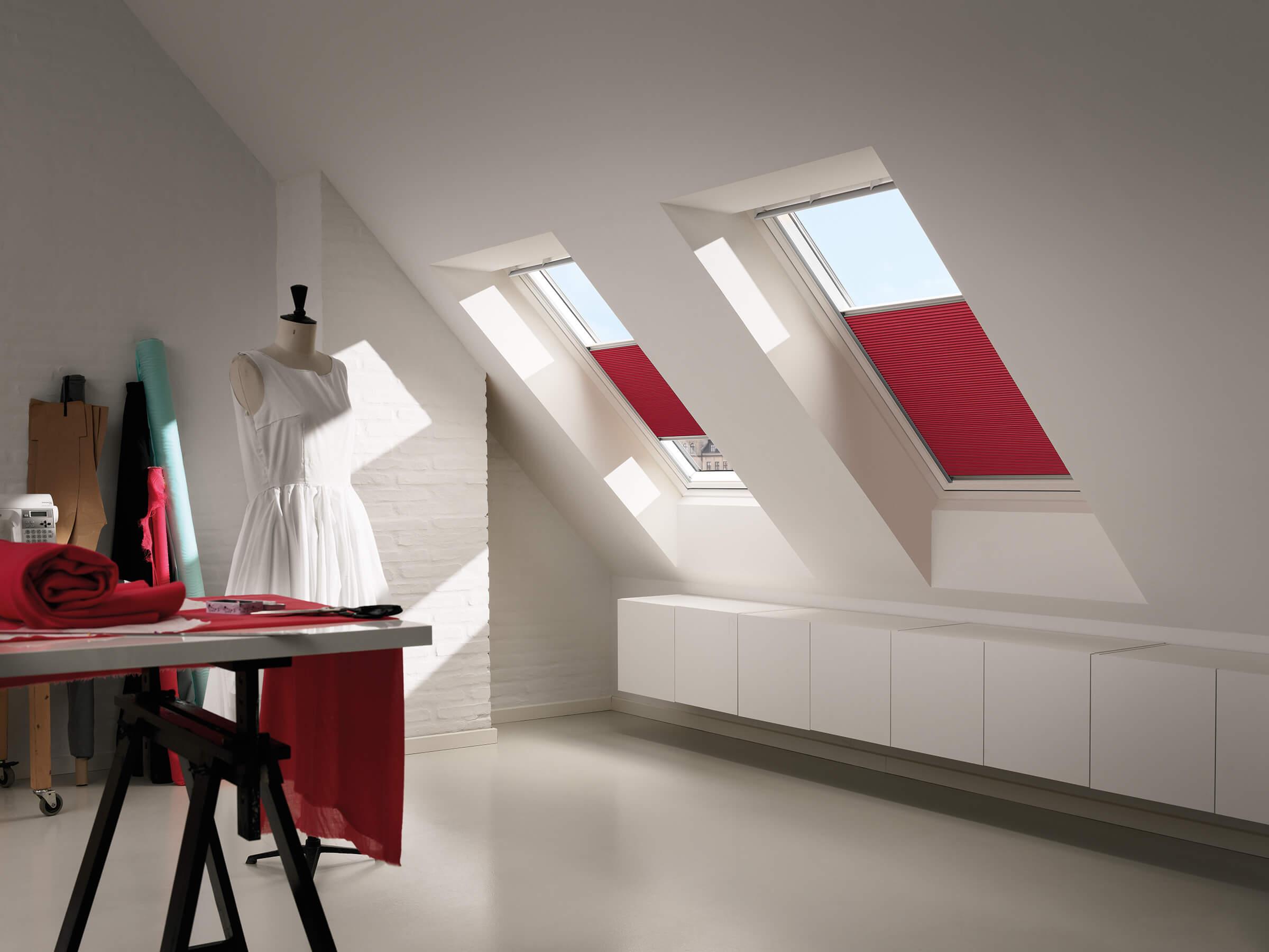 Rote Wabenplissees für Dachfenster im Arbeitszimmer