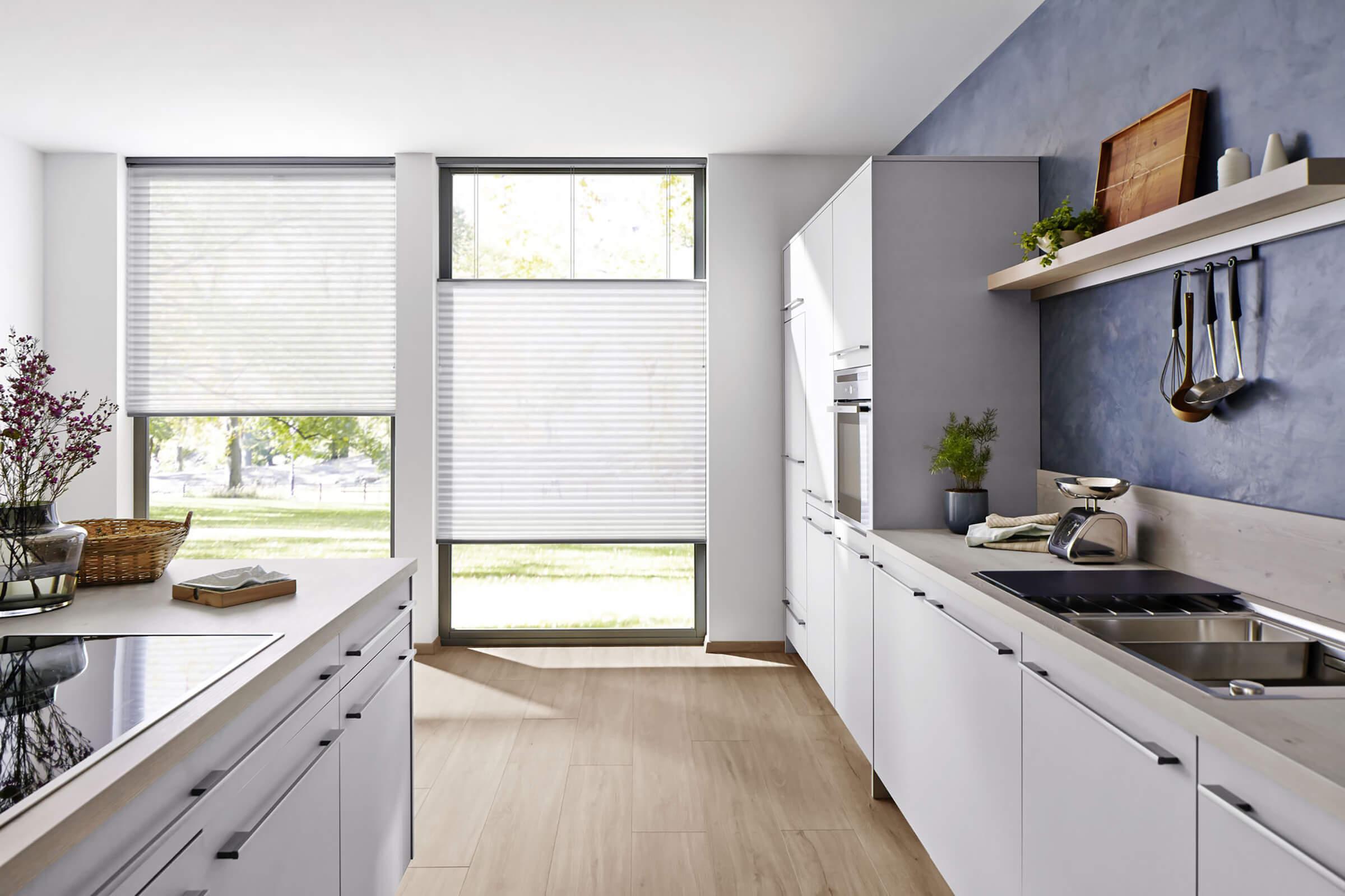Weisse Wabenplissees Bedienung Kettenzug in der Küche