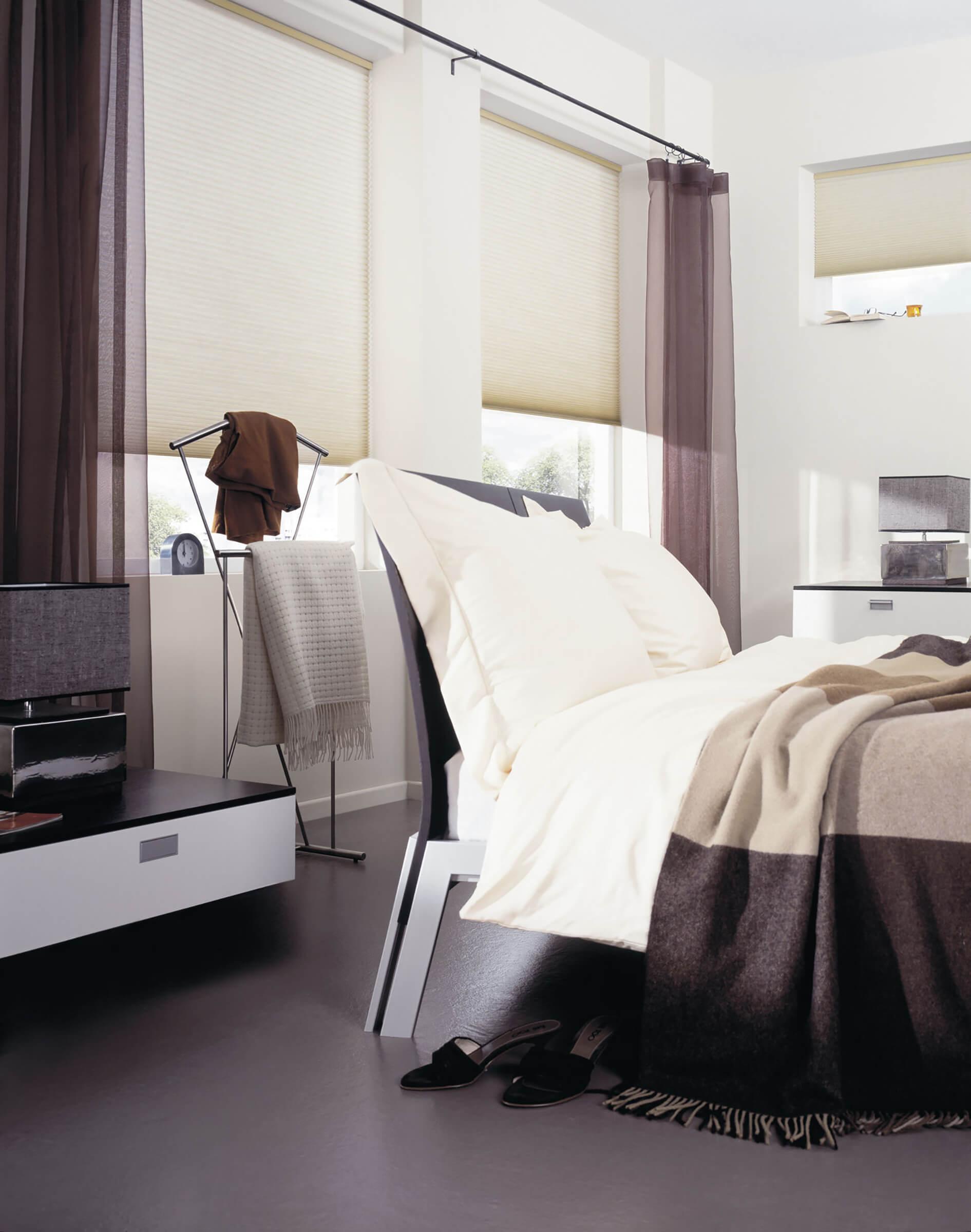 Weisse Wabenplissees zum Sonnenschutz im Schlafzimmer