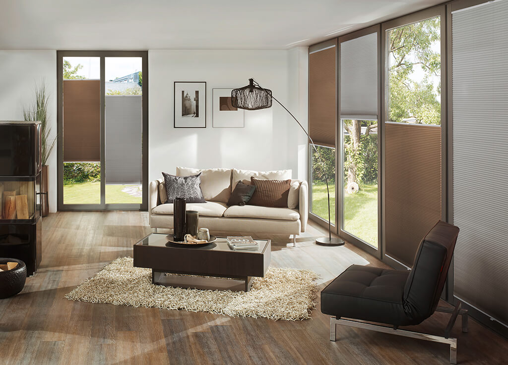 Braune verdunkelnde Wabenplissees im Wohnzimmer