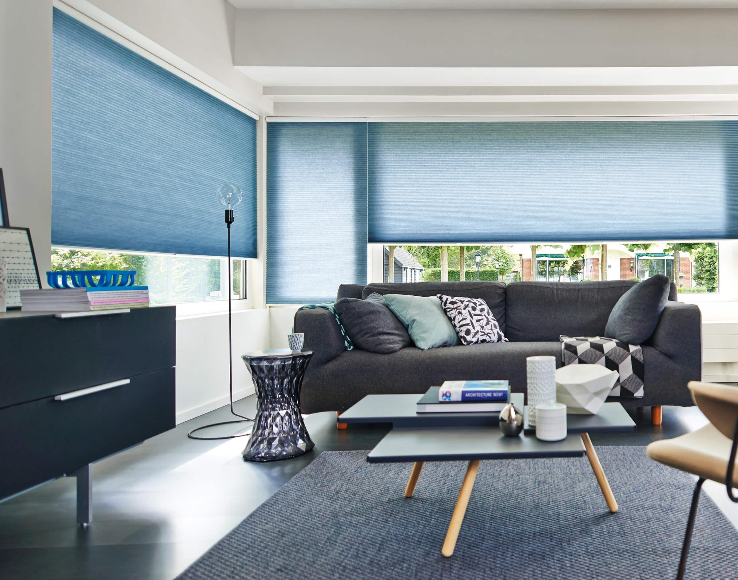 Wabenplissees mit einem Bediengriff in Blaugrau im Wohnzimmer