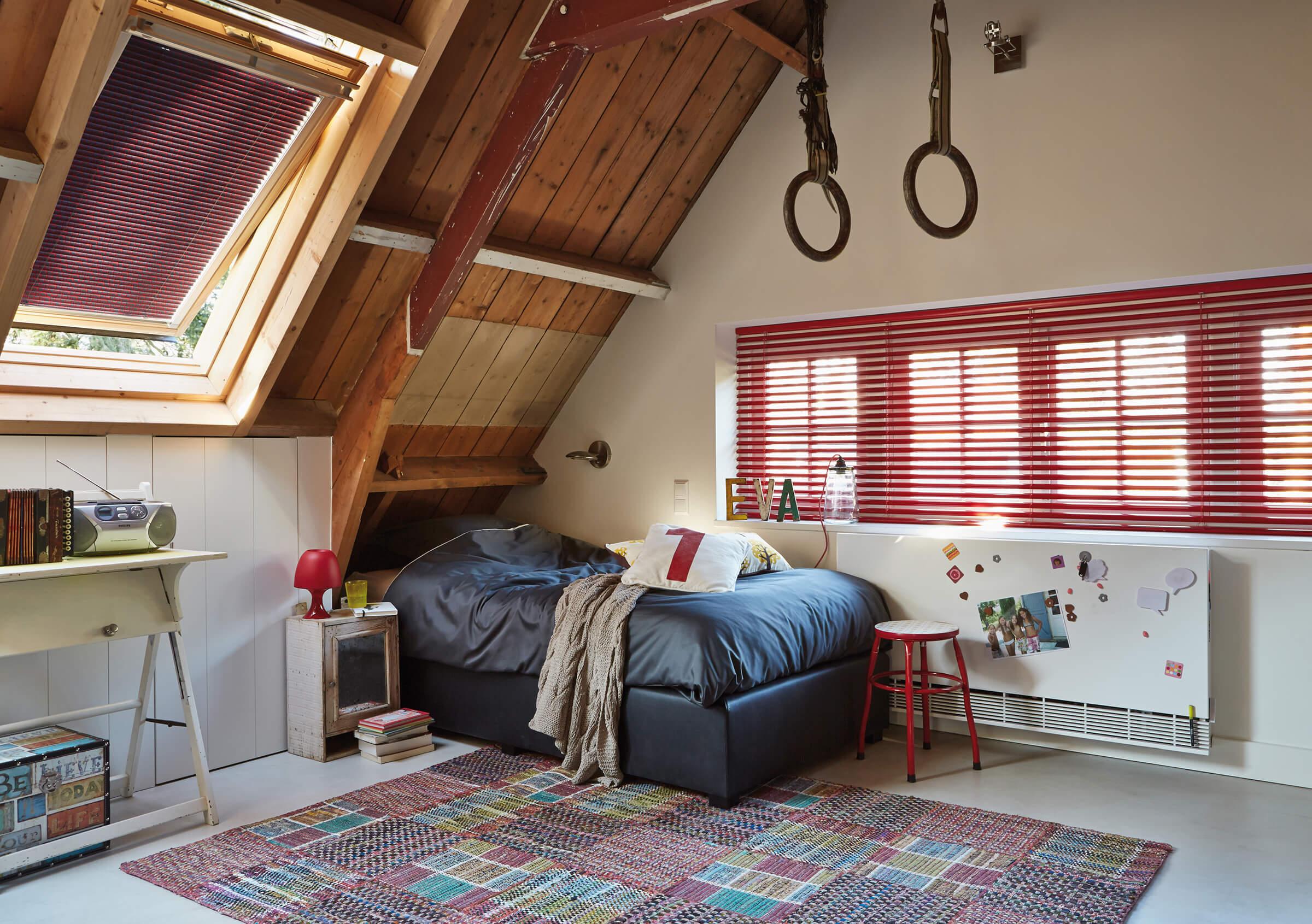 Rote Luxaflex Jalousien im Jugendzimmer