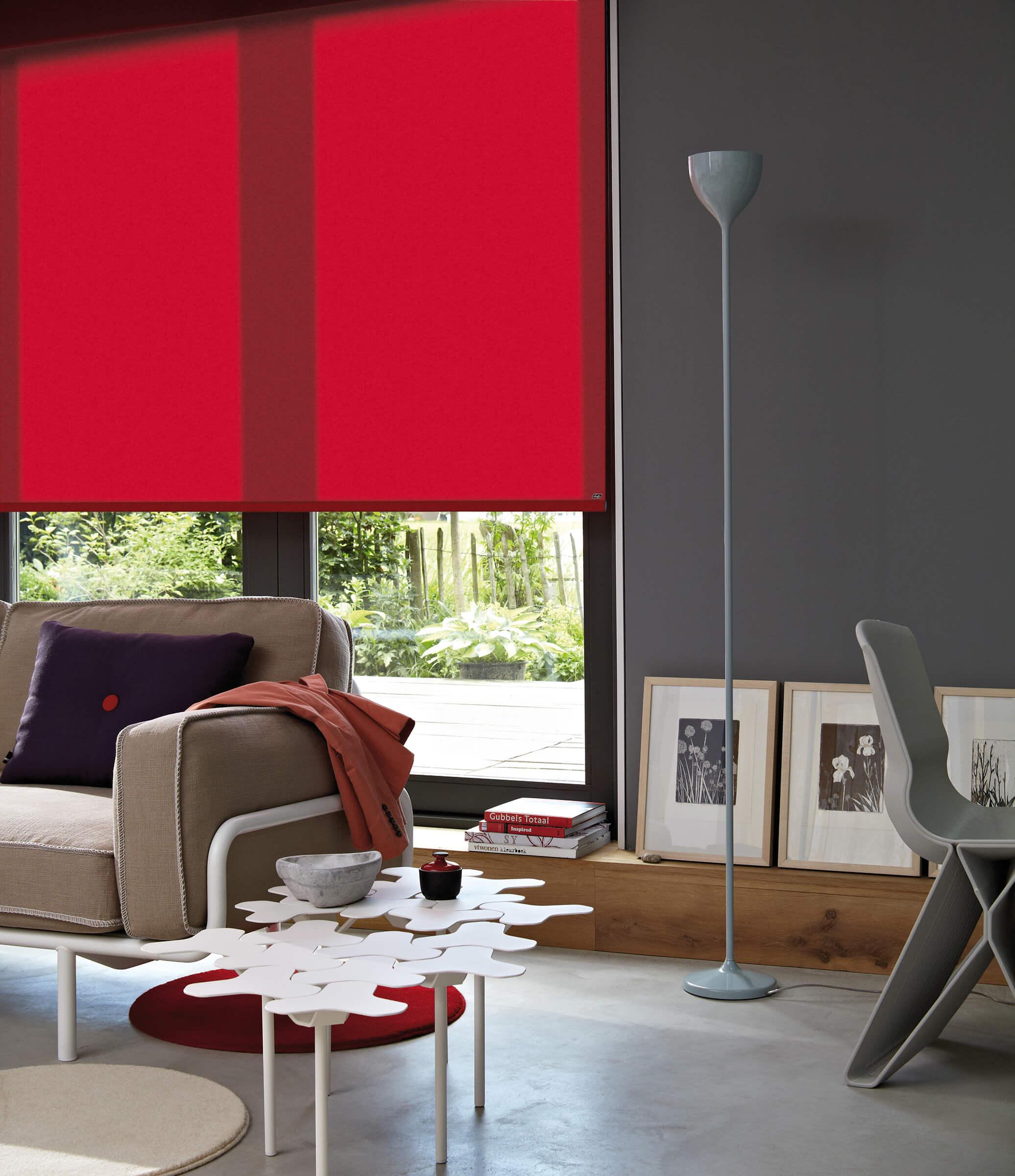 Rotes Luxaflex Rollo im Wohnzimmer