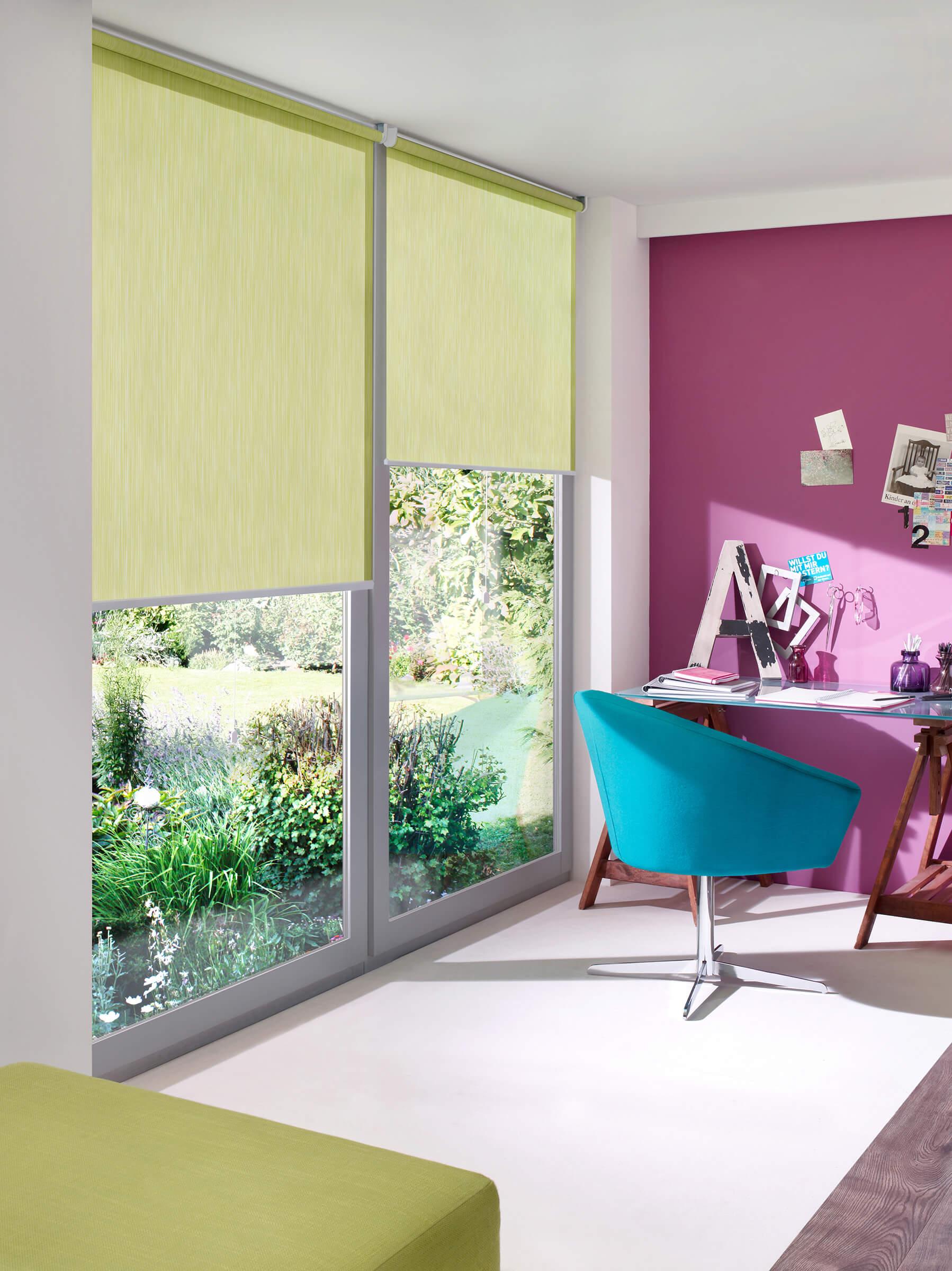 Weisses Sichtschutzrollo mit floralem Muster im Wohnzimmer