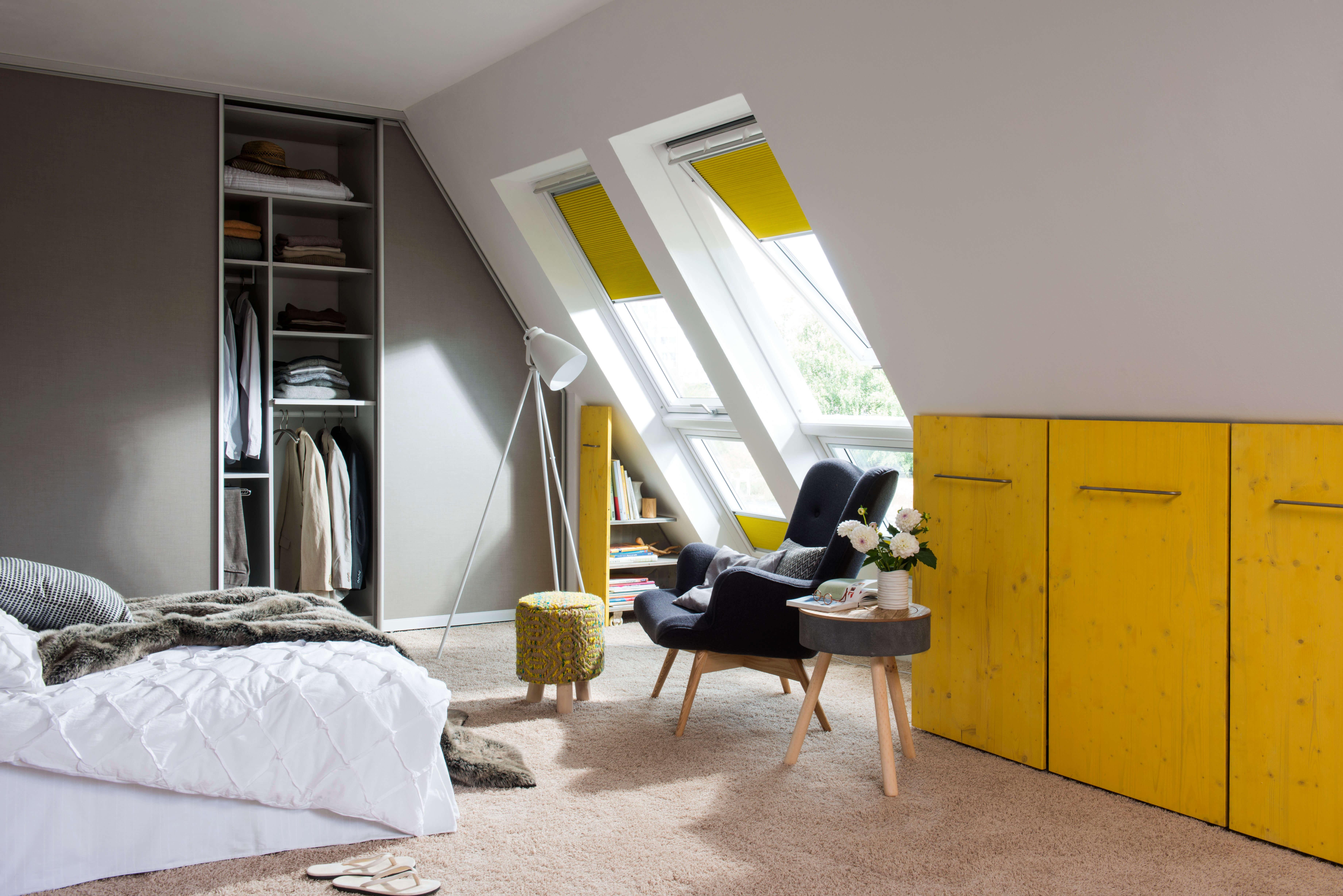Gelbe Wabenplissees für Dachfenster im Schlafzimmer