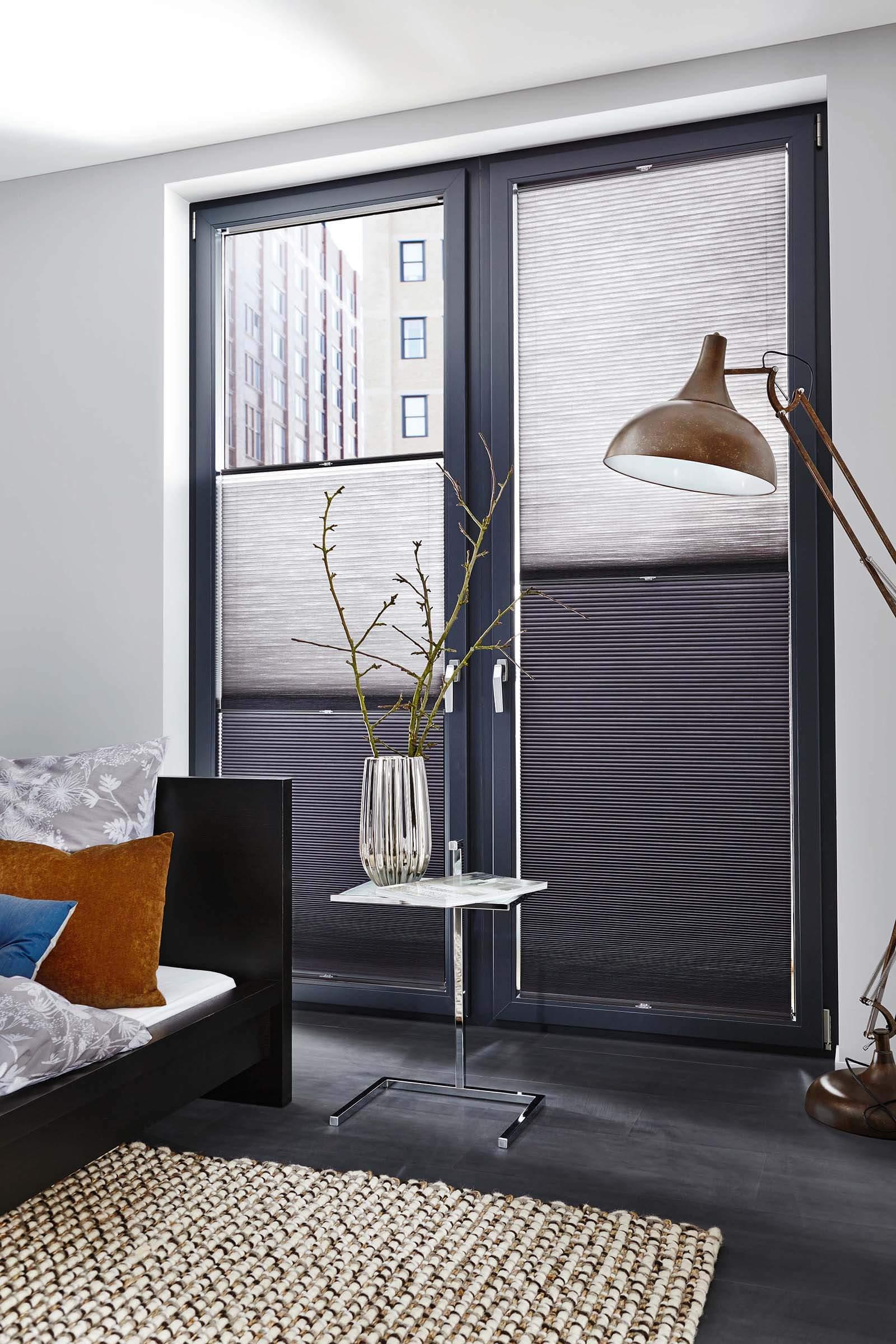 DUETTE Wabenplissees Farbe Grau-Verlauf im Wohnzimmer