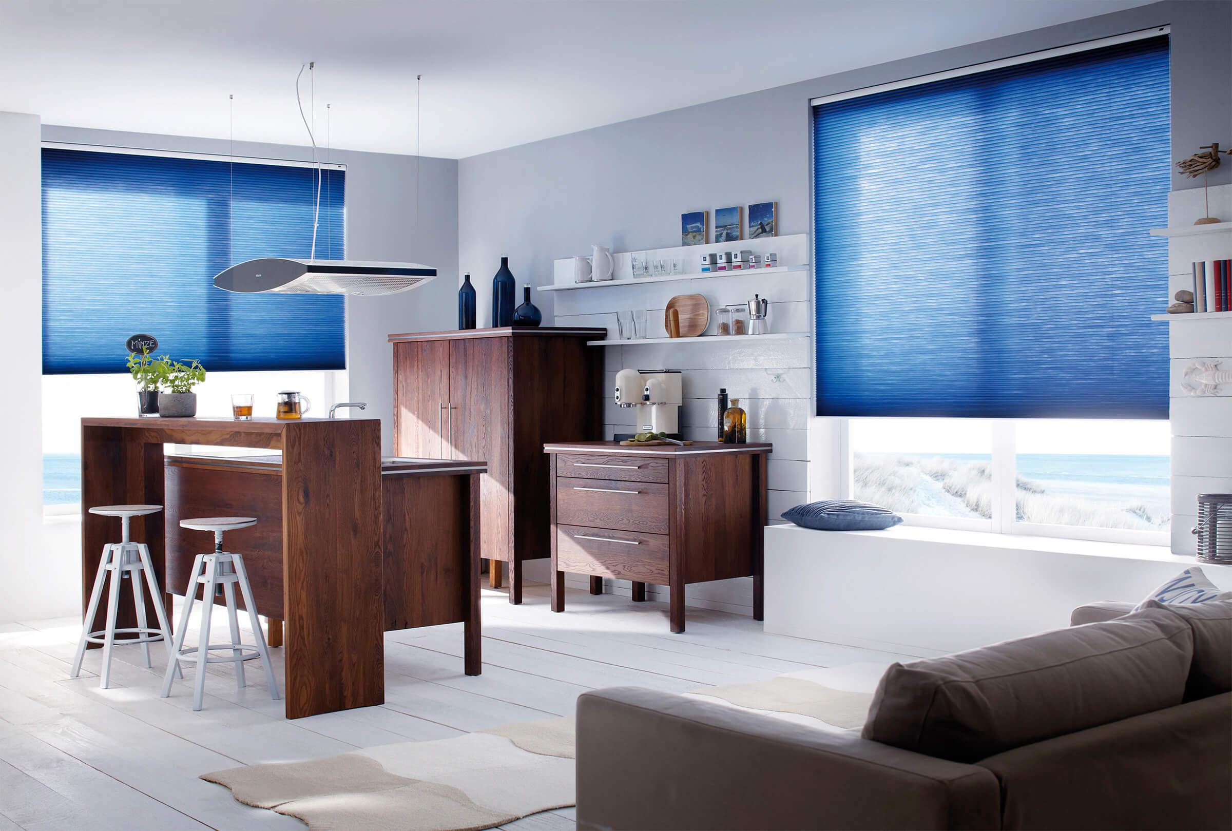 Elektrische Wabenplissees Farbe blau in der Küche