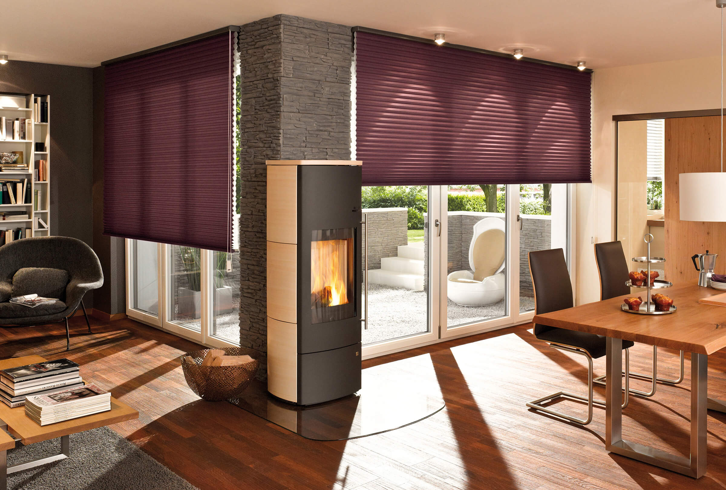 Wabenplissees freihängend mit Schnurzug Farbe Lila im Wohn-Essbereich