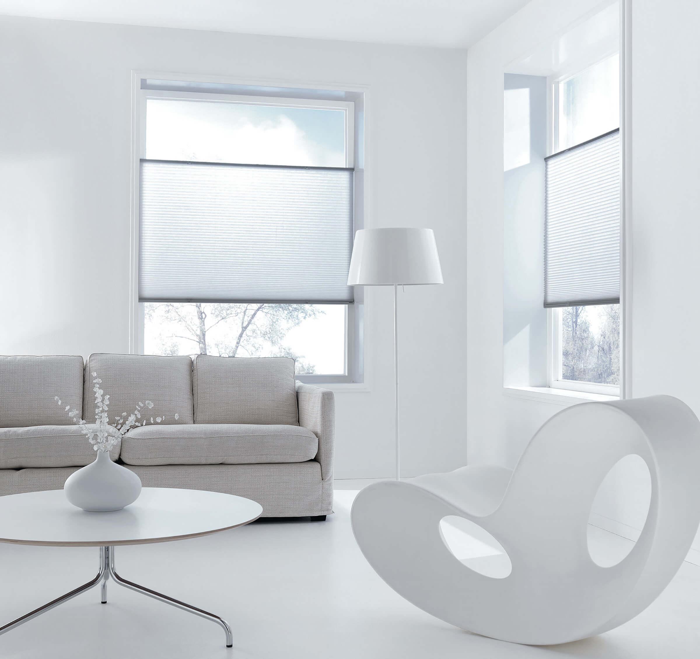 Weisse Wabenplissees zum Sonnenschutz im Wohnzimmer