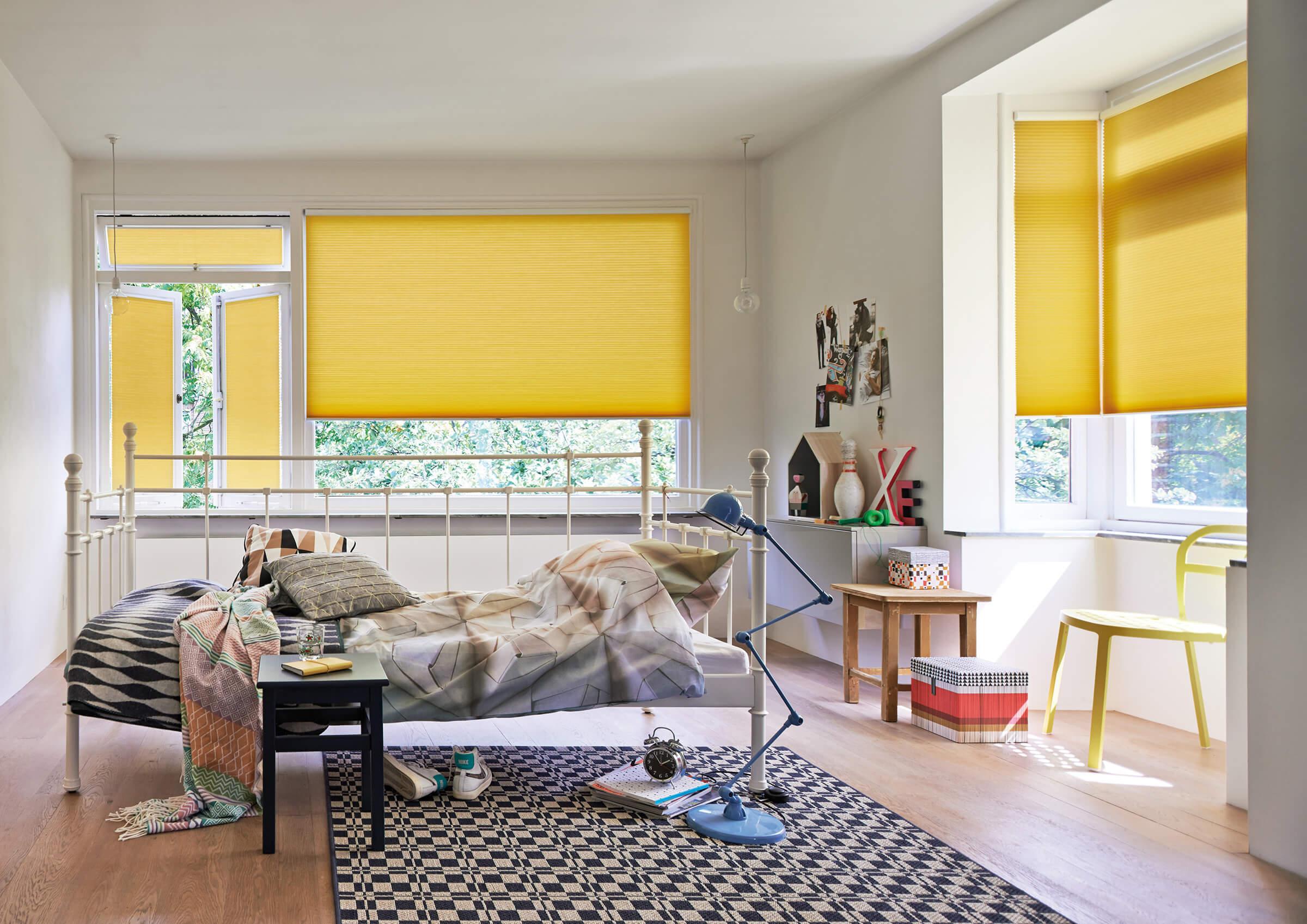 Wabenplissees mit einem Bediengriff in Gelb im Jugendzimmer