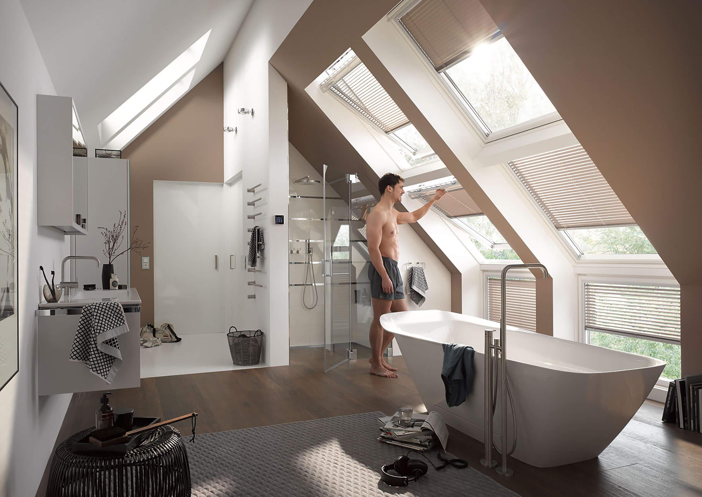 Jalousien für Dachfenster Farbe Beige im Badezimmer