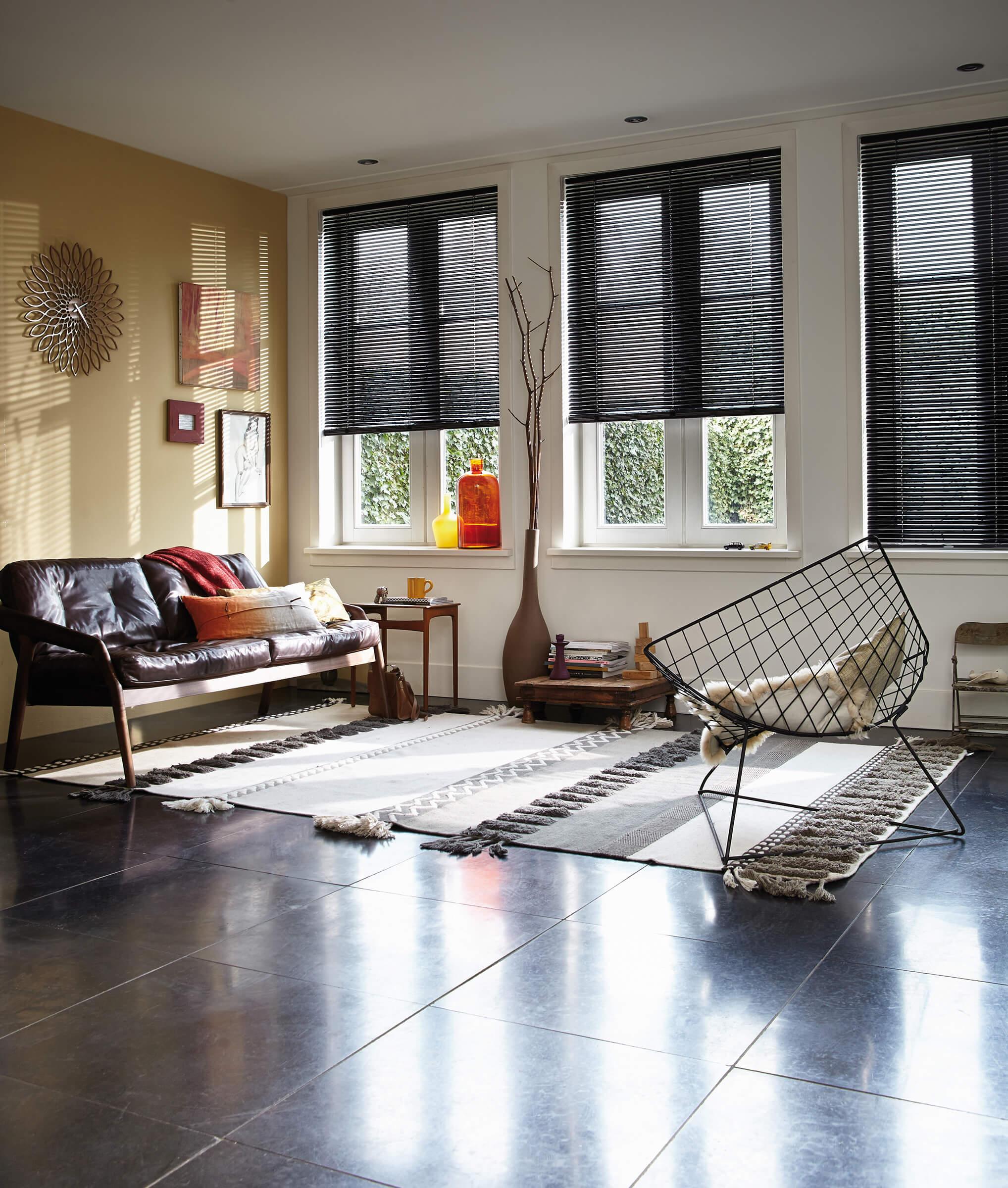Schwarze Luxaflex Jalousien im Wohnzimmer