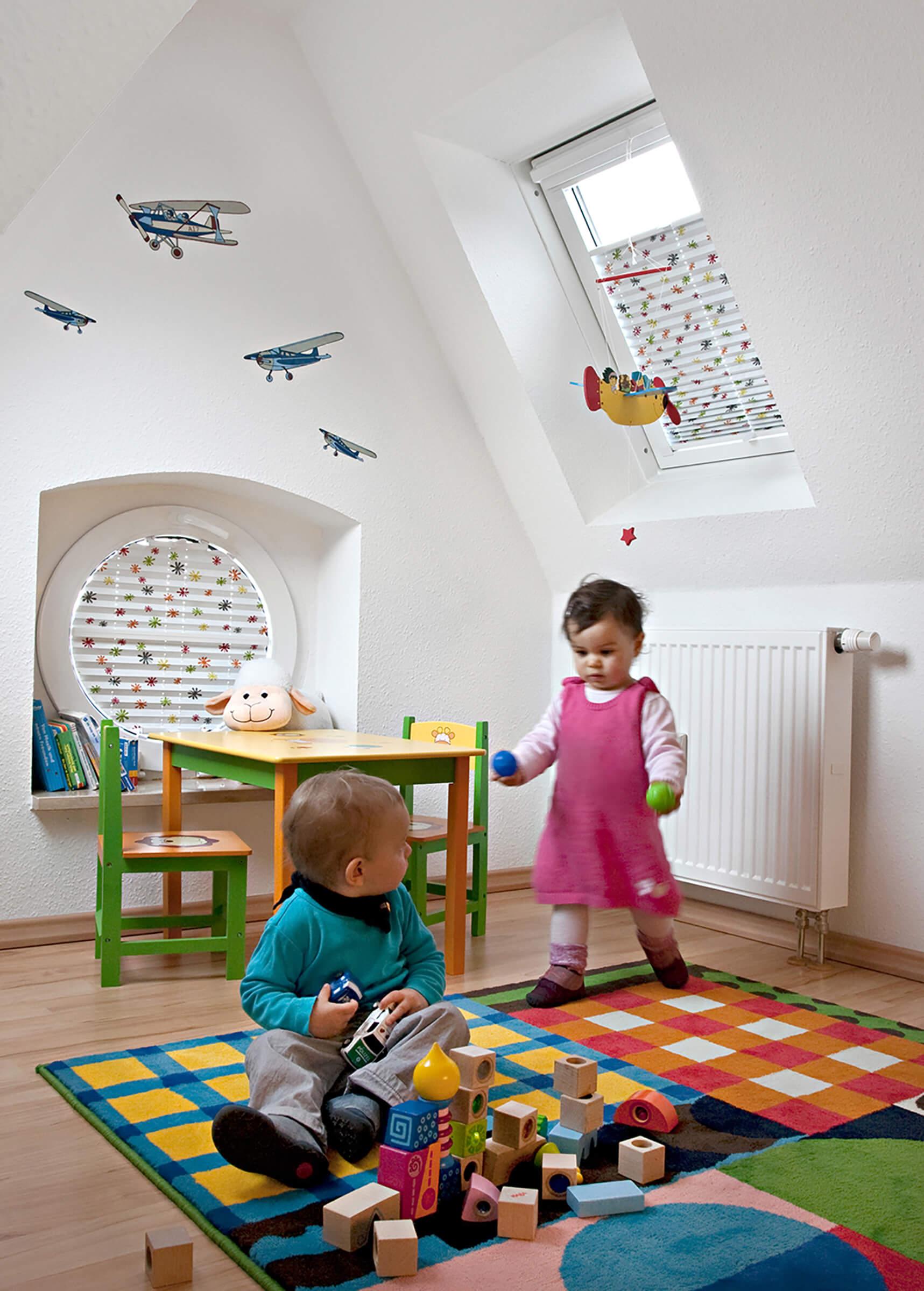 Bunte Wabenplissees mit zwei Bediengriffen im Kinderzimmer