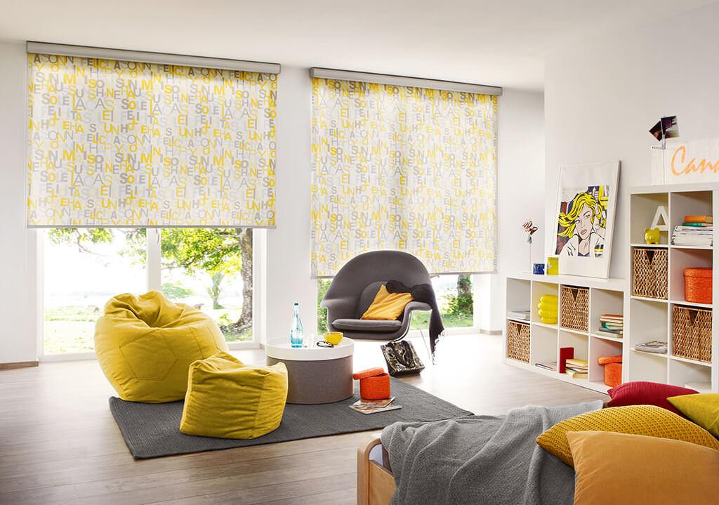 Gelbe Dekor Rollos nach Maß im Wohnzimmer
