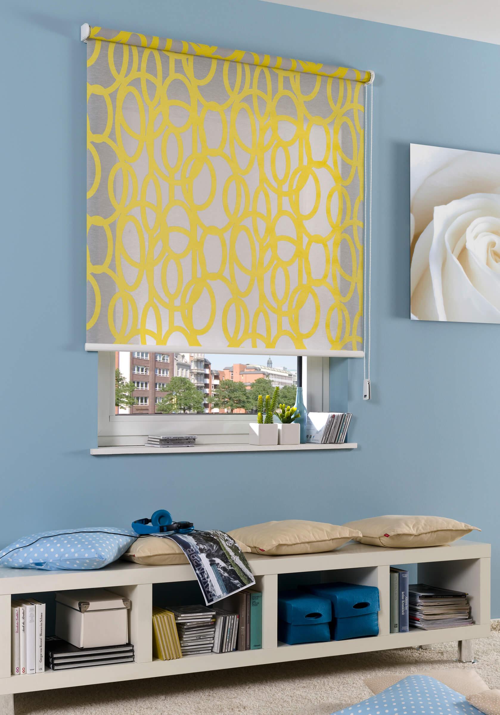 Gelbes Seitenzugrollo mit Dekor im Wohnzimmer