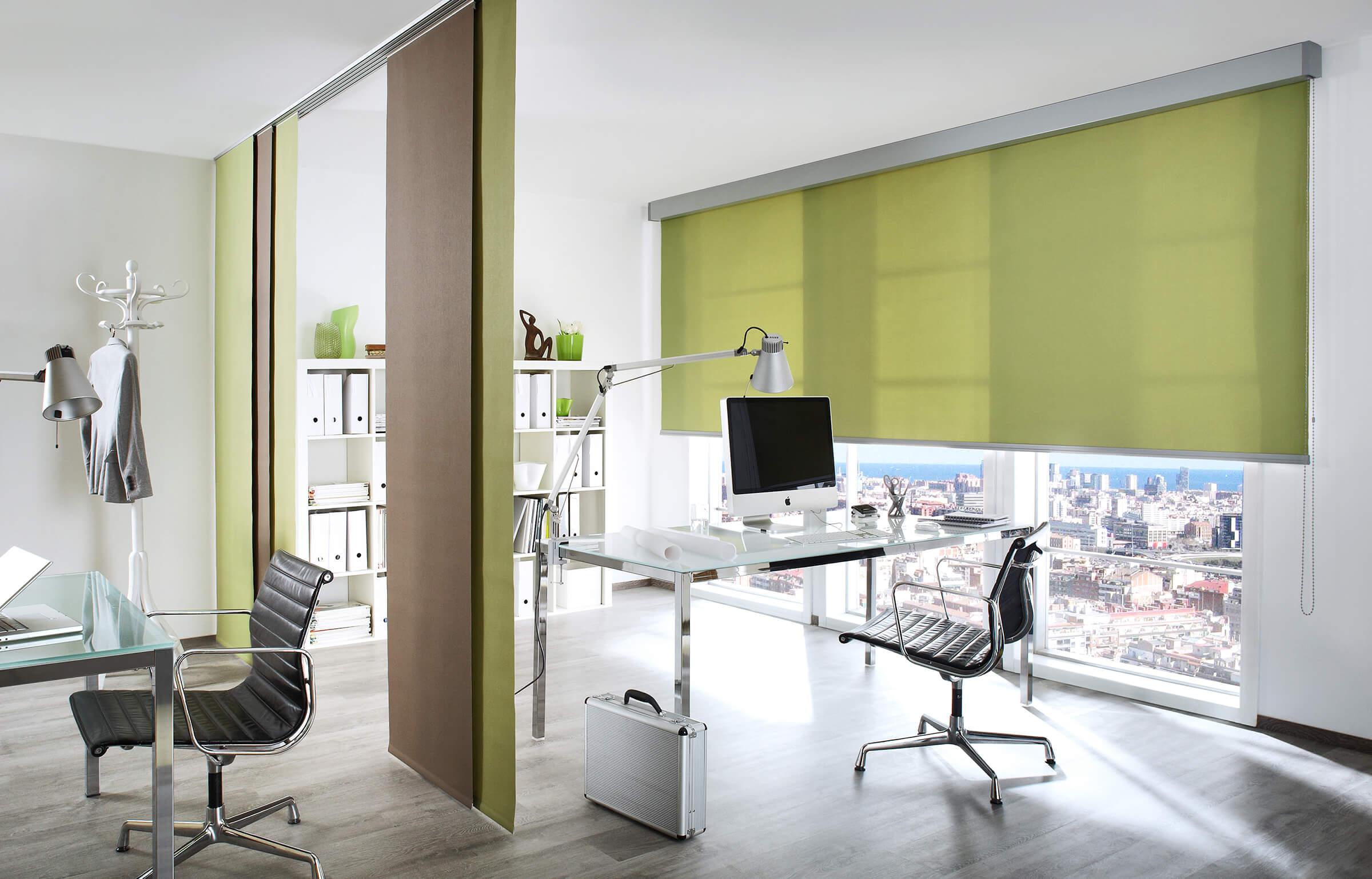 Grünes Sichtschutzrollo am Arbeitsplatz
