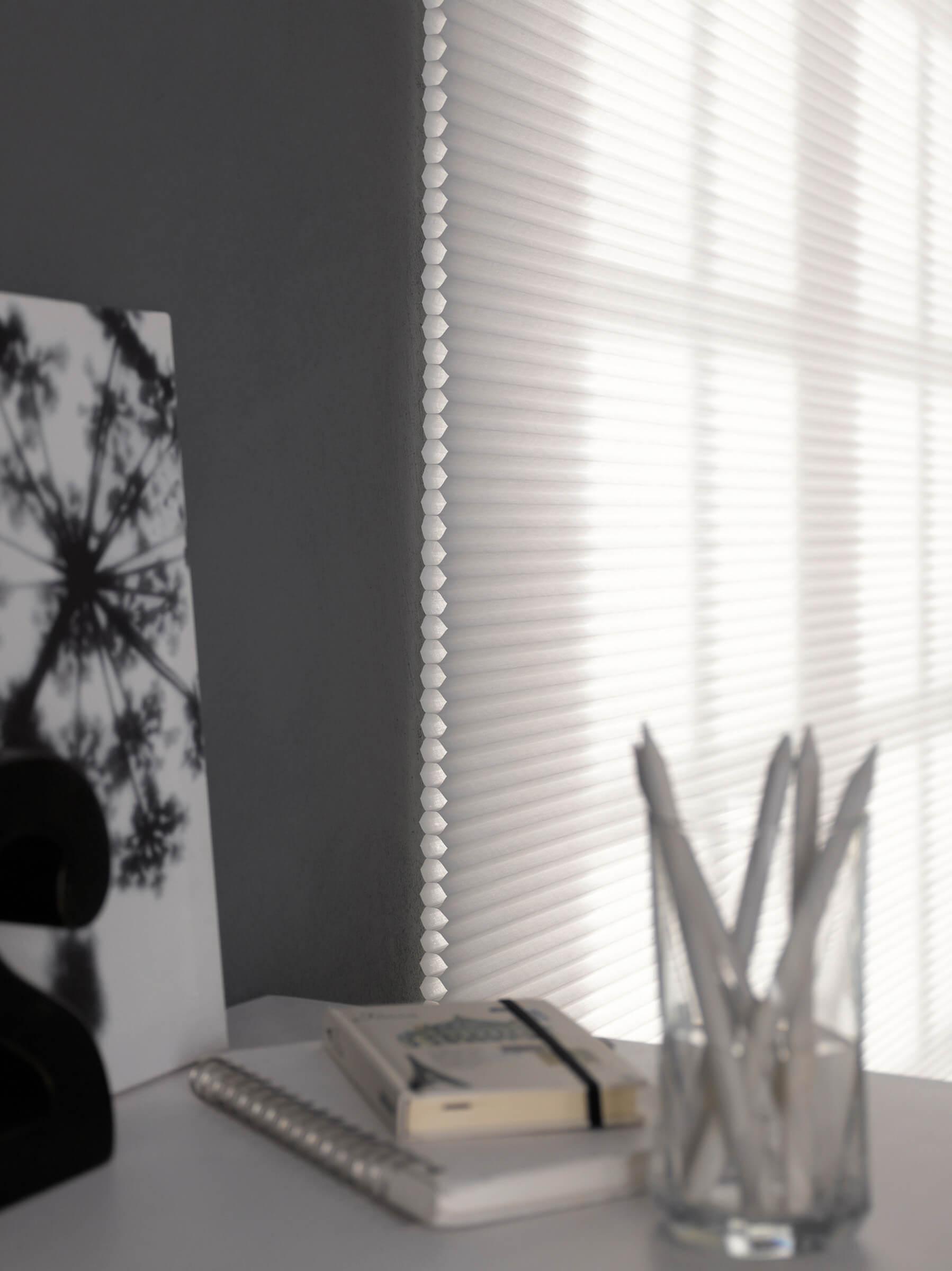 Elektrische Wabenplissees Farbe Weiss Wabe im Detail