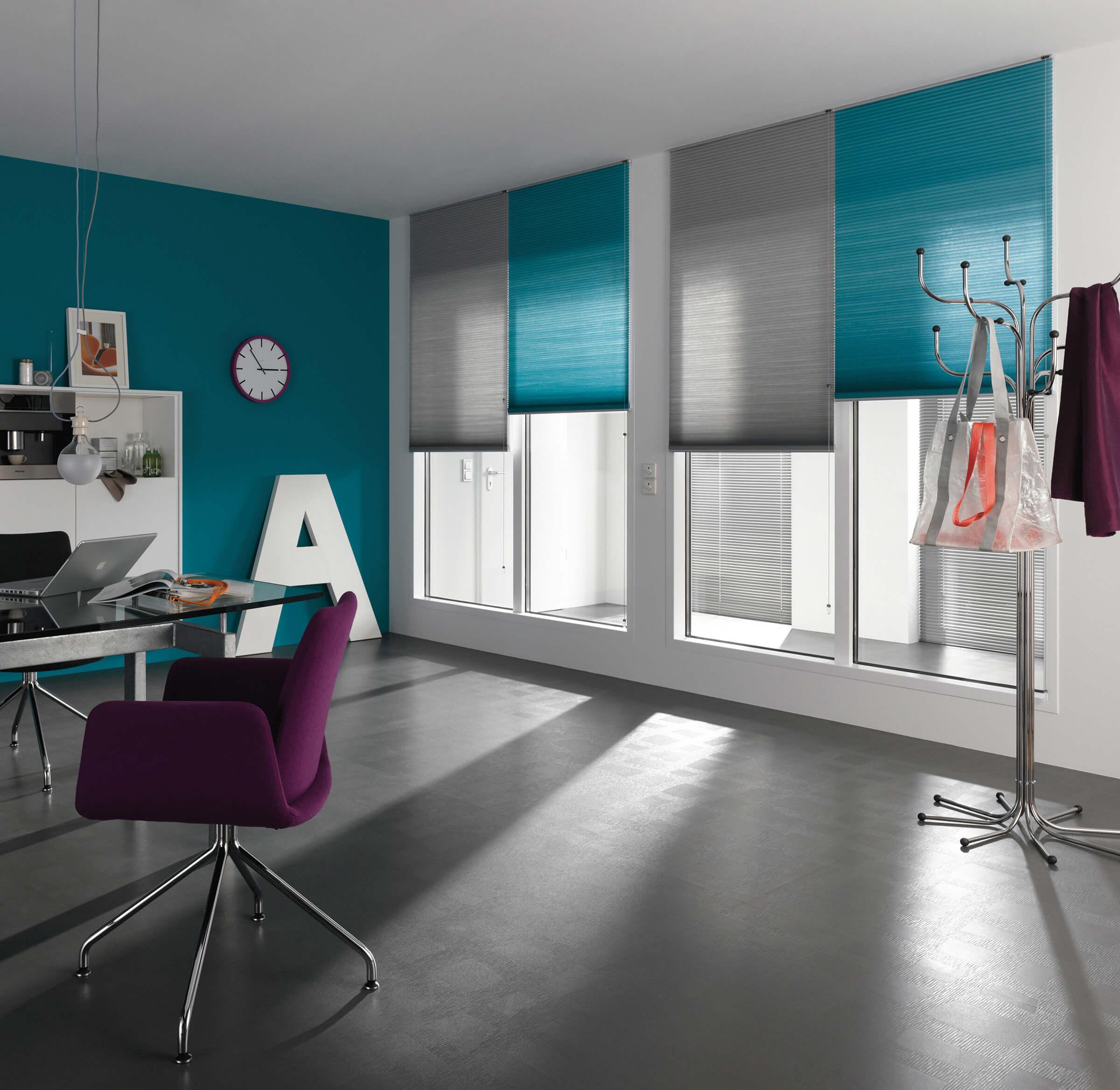 Wabenplissees freihängend mit Schnurzug Farbe Blau-Grau im Arbeitsbereich