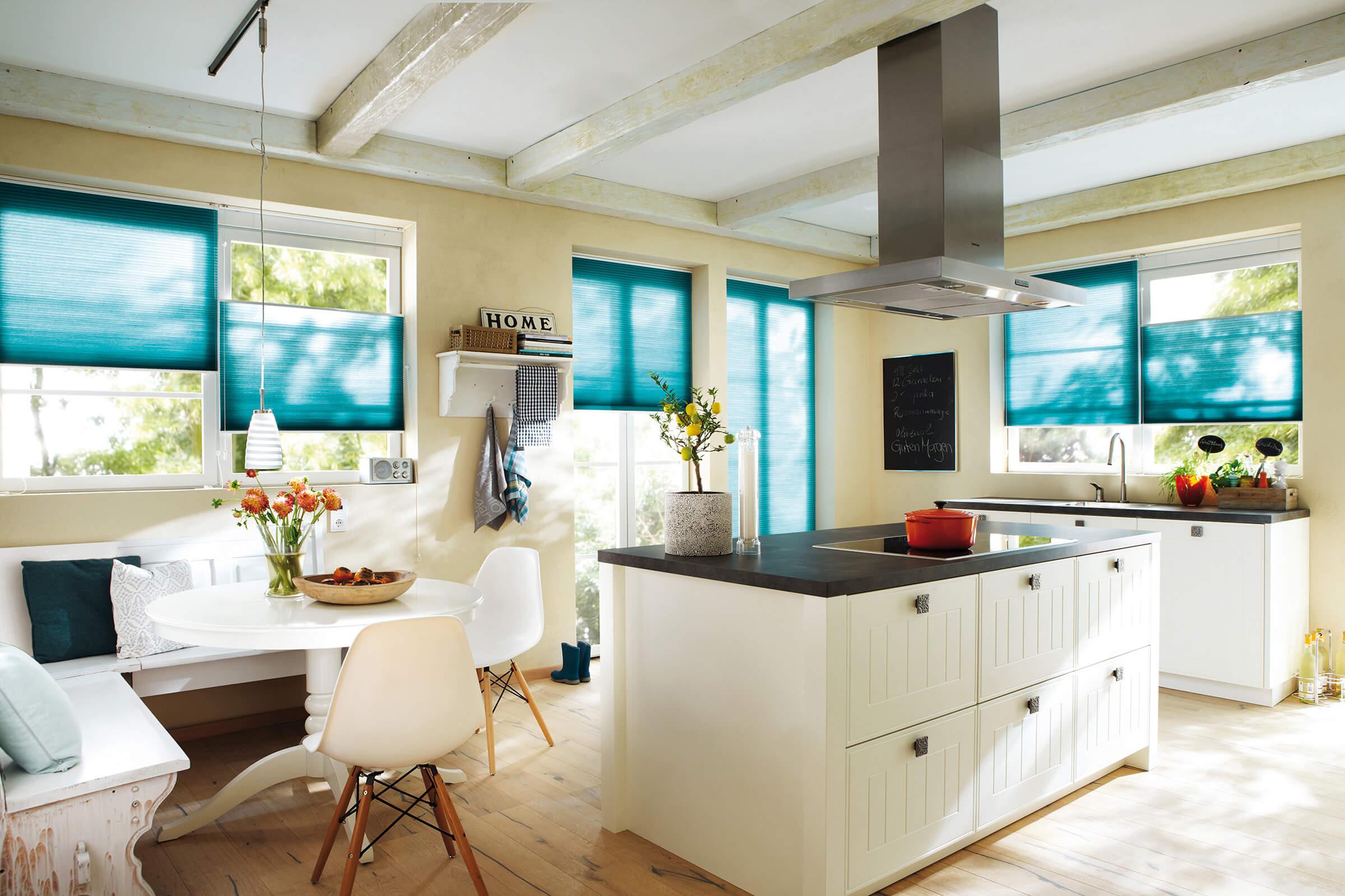 Blaue Wabenplissees mit zwei Zugschnüren in der Küche