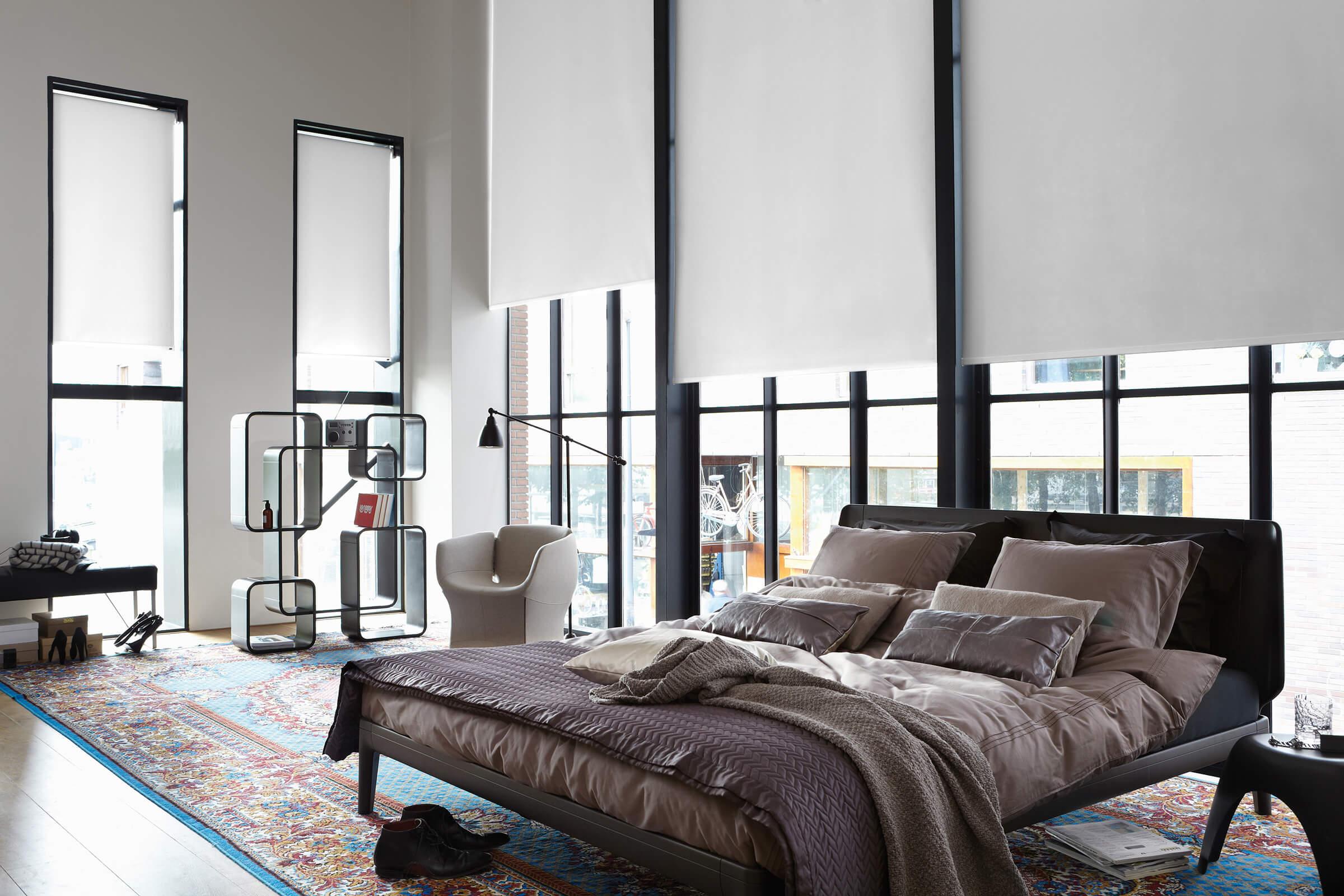 Weisse Luxaflex Rollos im Schlafzimmer