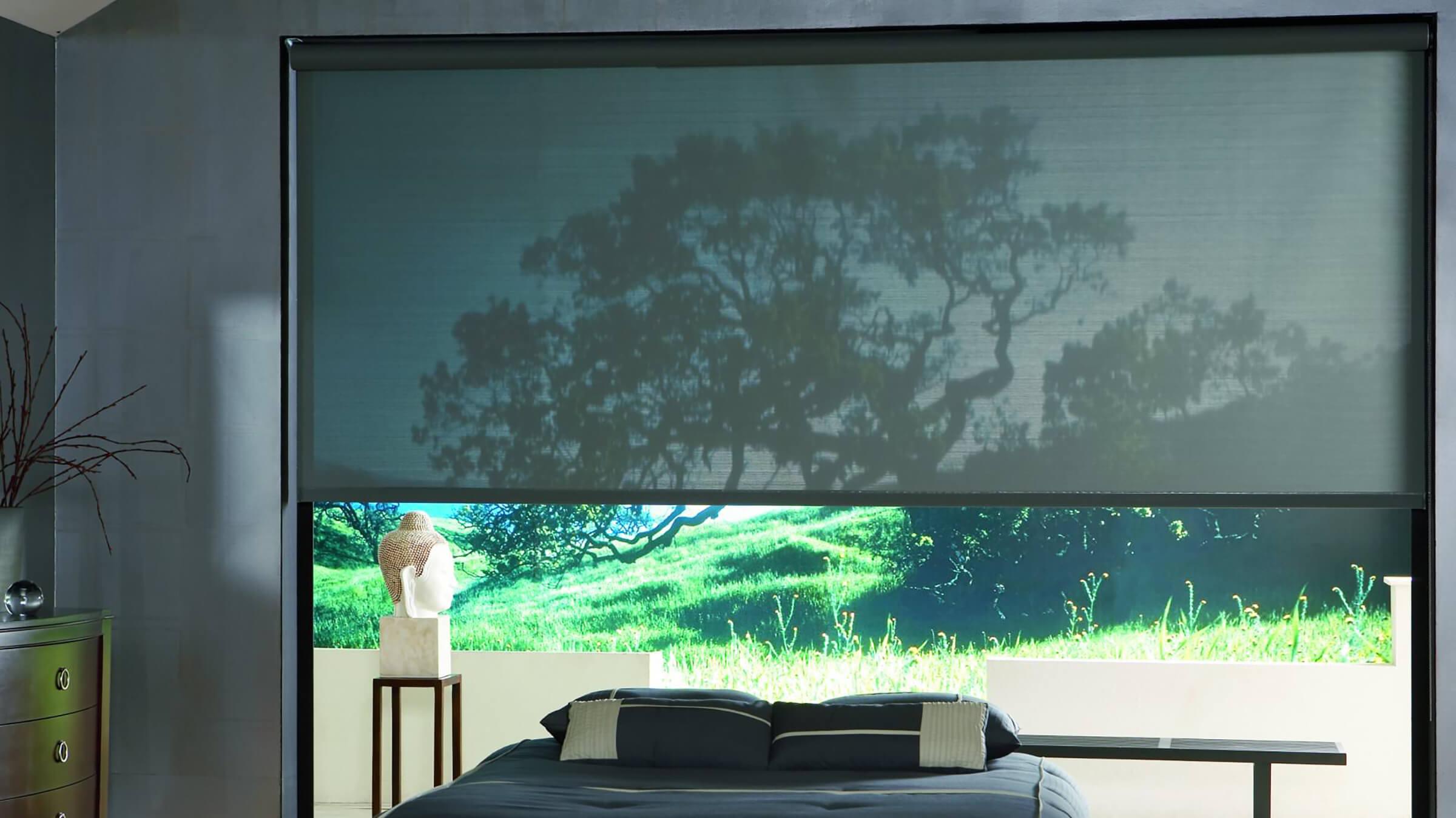 Schwarzes Sichtschutzrollo im Schlafzimmer