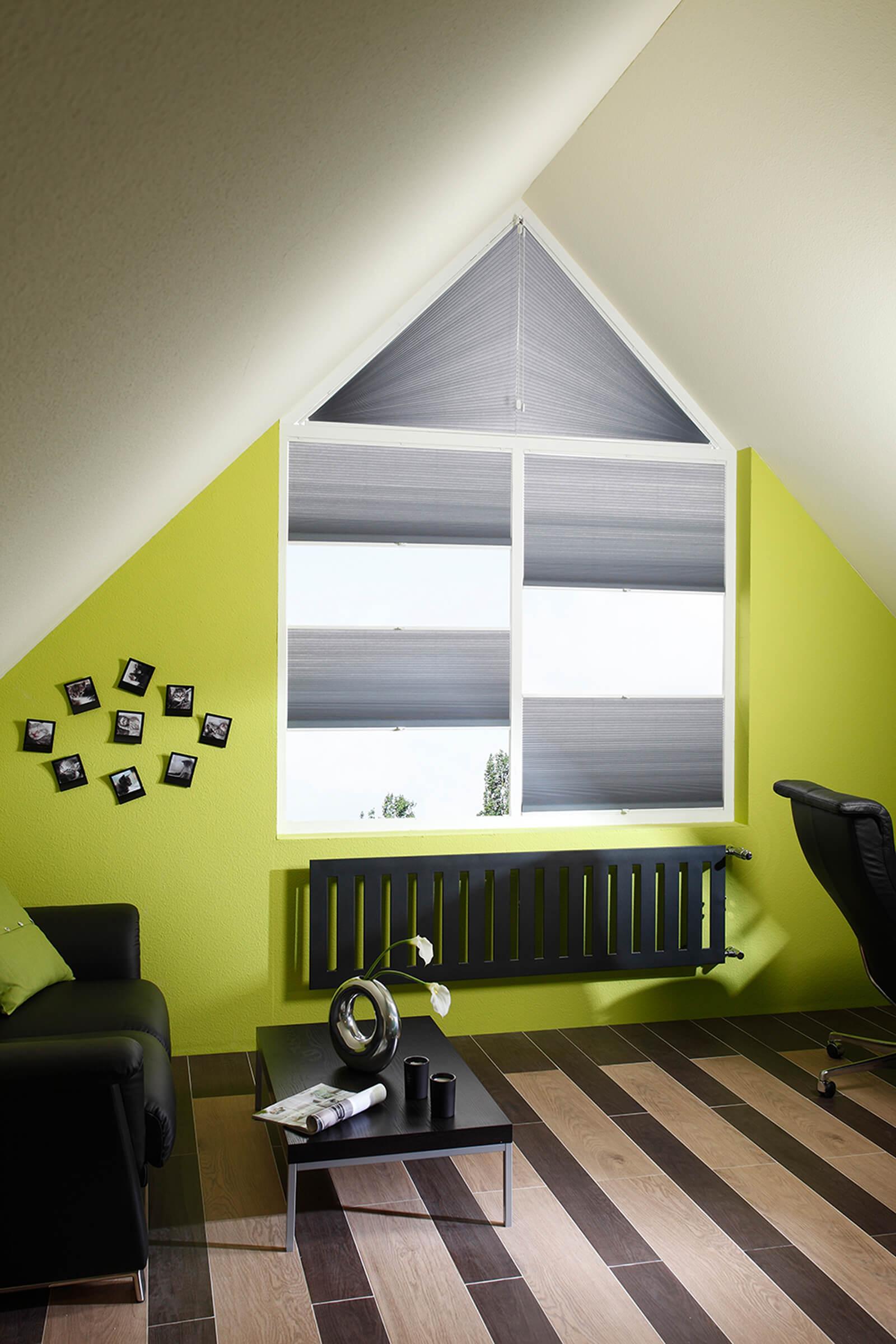 Graues Wabenplissees passend für Giebelfenster