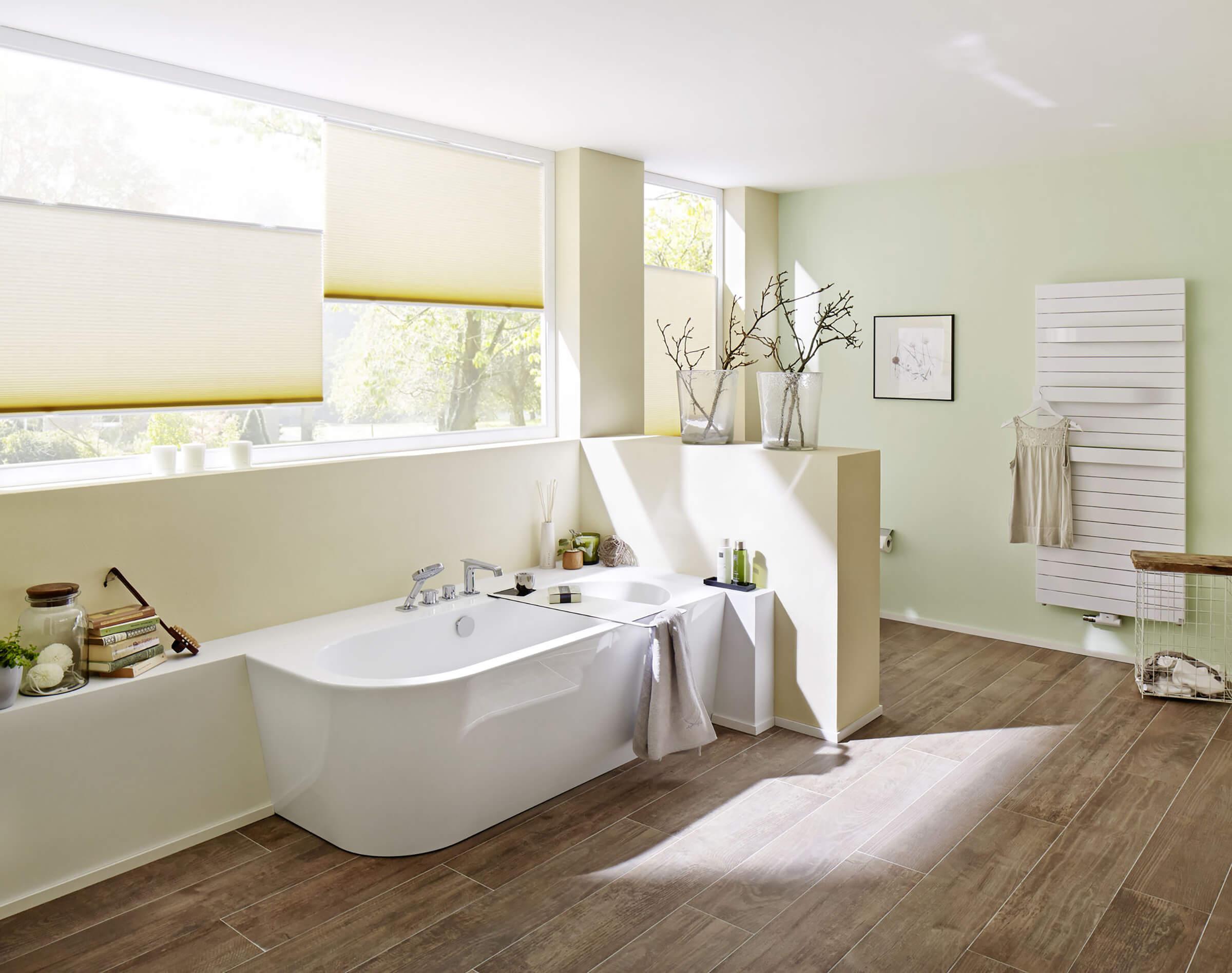 Cremefarbene Wabenplissees zum Sonnenschutz im Badezimmer