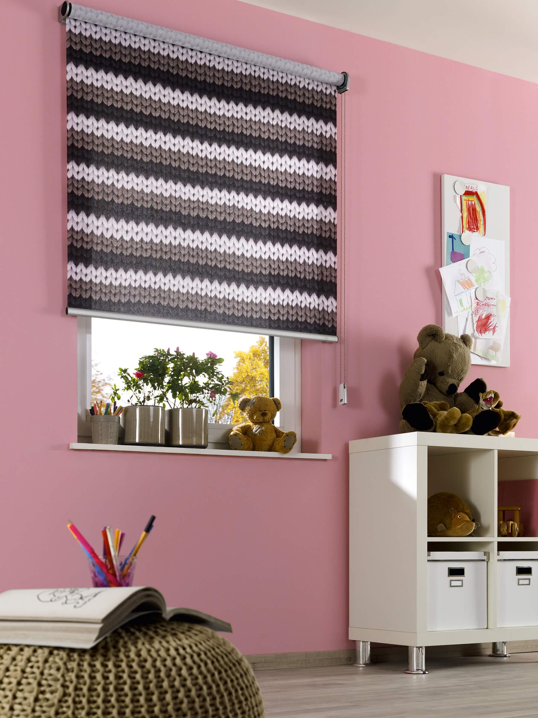 Pinkes Seitenzugrollo mit Print im Kinderzimmer