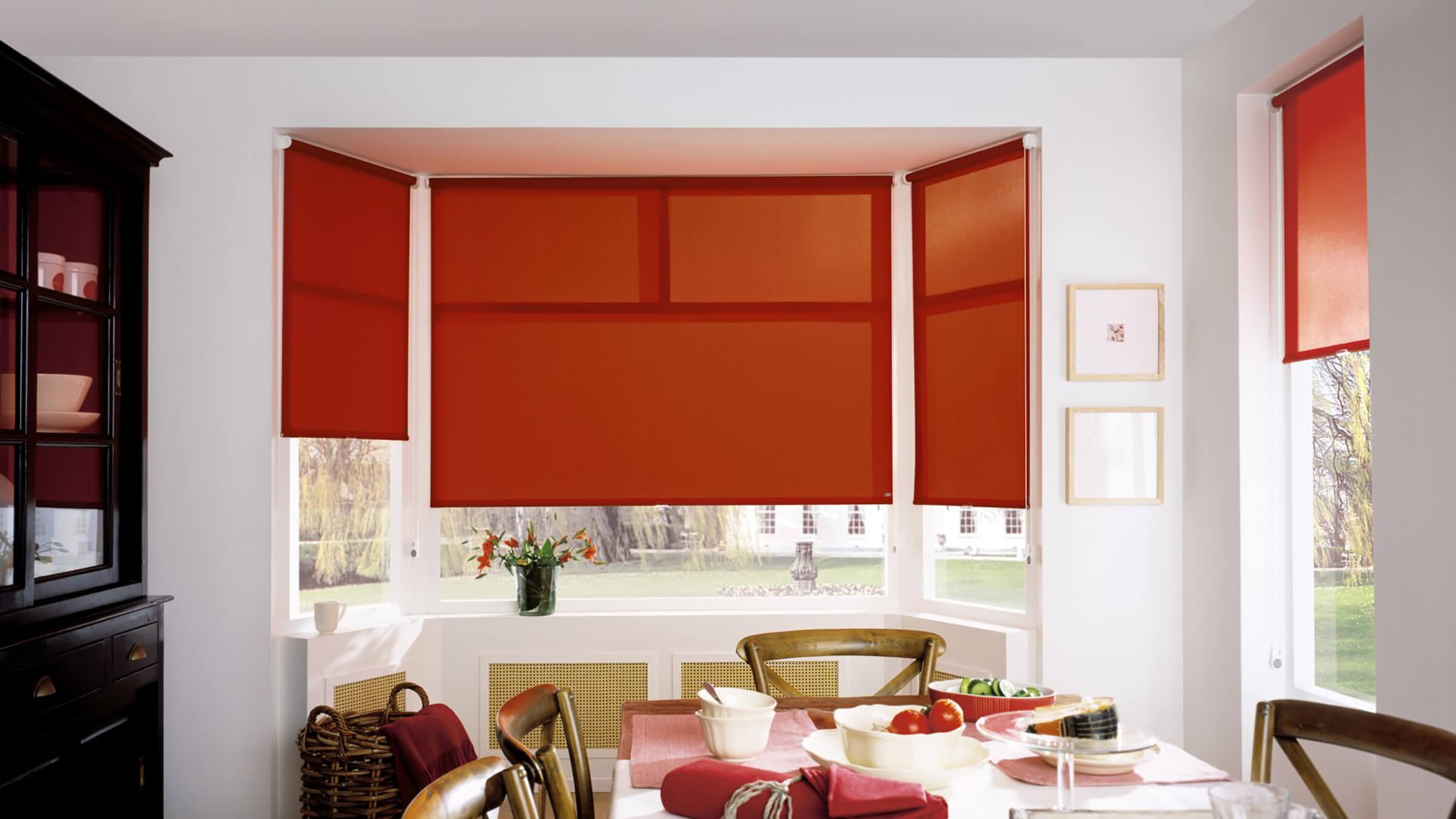 Rotes Sichtschutzrollo im Esszimmer